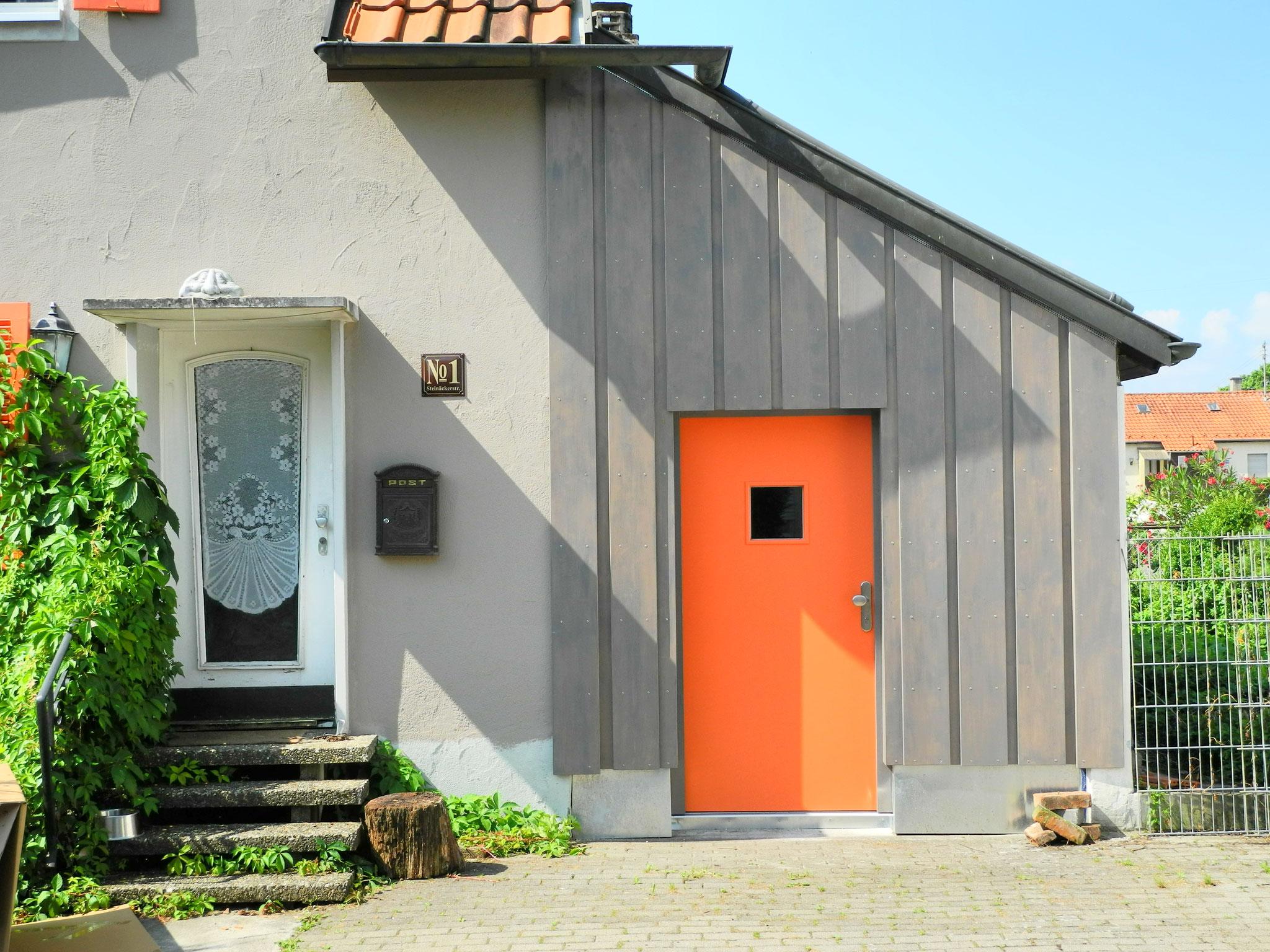 Holzständerwand mit Tür und Holzschalung statt Garagentor