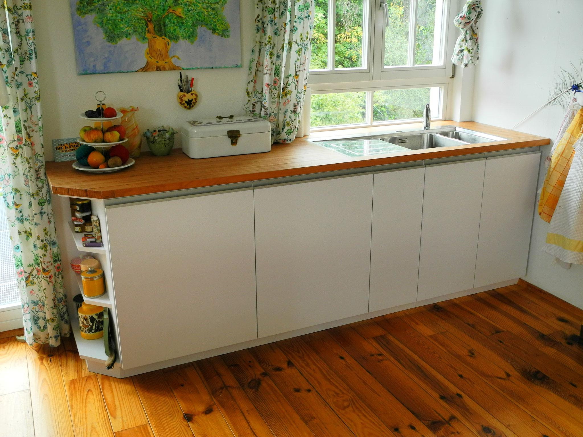 Küchenzeile mit Einbaugefrier- und -kühlschrank sowie Spüle