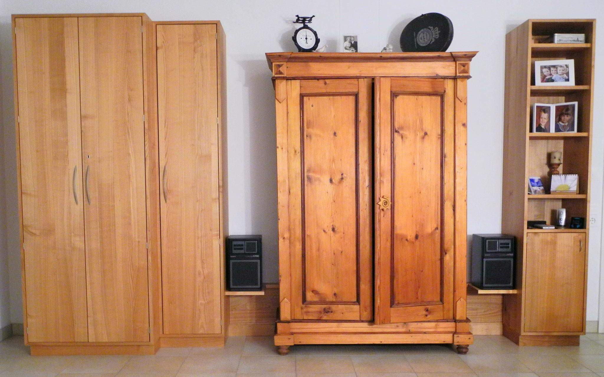 Wohnzimmerschränke als Stauraum mit HomeOffice im linken zweiflügligen Schrank, Kirschbaum massiv