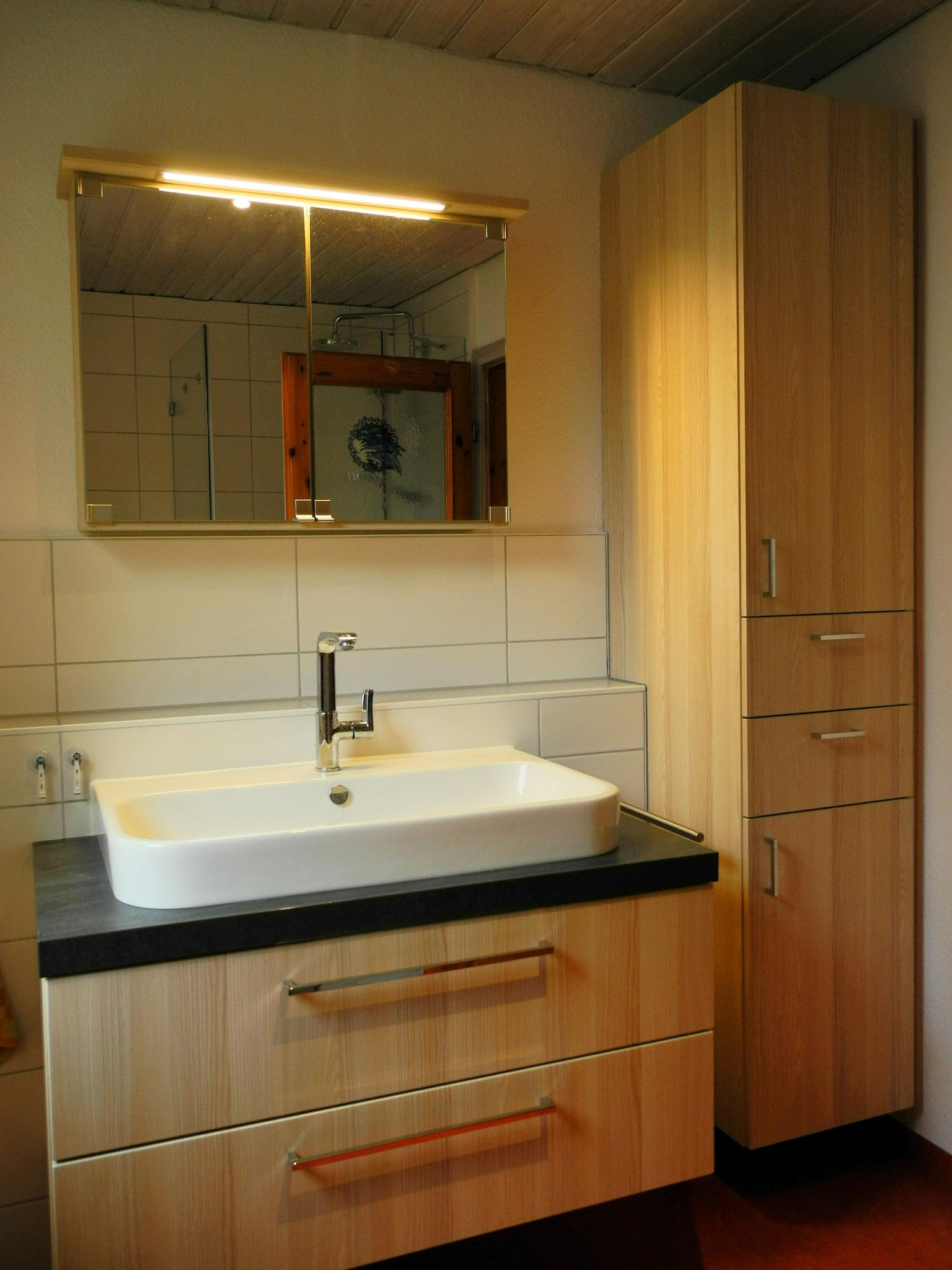 Spiegelschränkchen mit Leuchte und hängender Schrank, passend zum Waschtisch, geschlossen