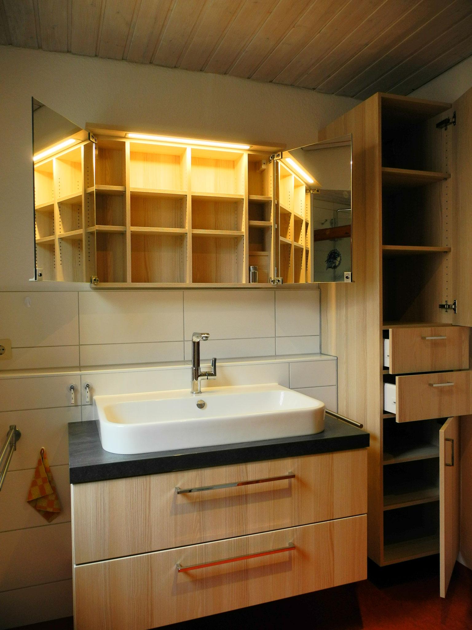 Spiegelschränkchen mit Leuchte und hängender Schrank, passend zum Waschtisch, offen