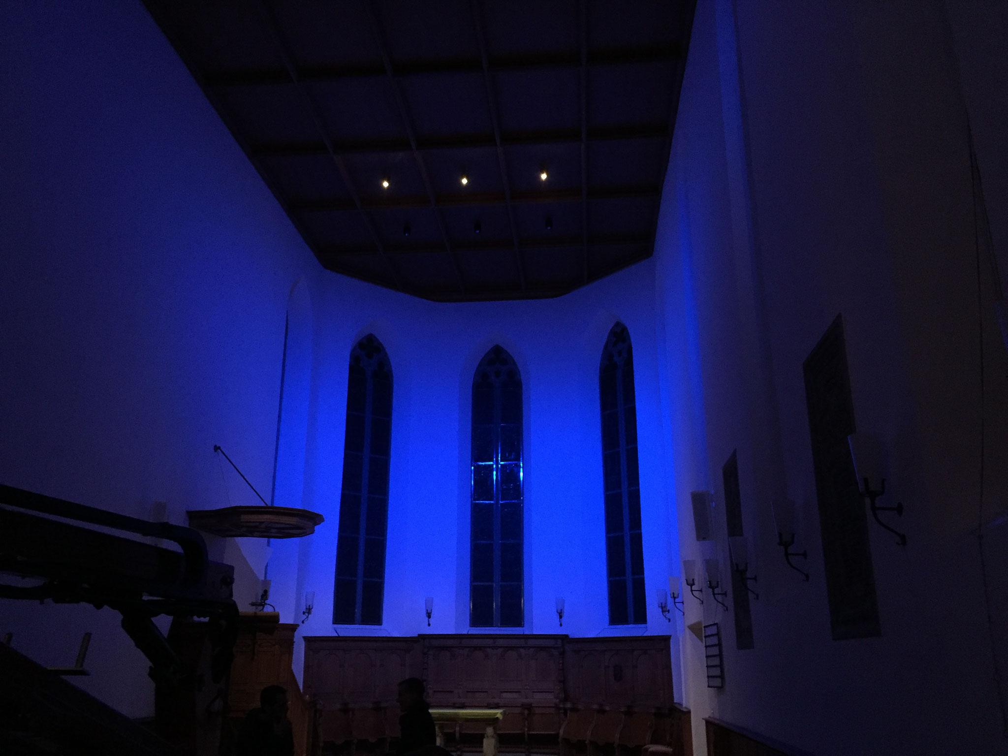 Ein weiteres Highlight sind die farbigen Scheinwerfer, welche den Kirchenraum je nach Anlass verzaubern.