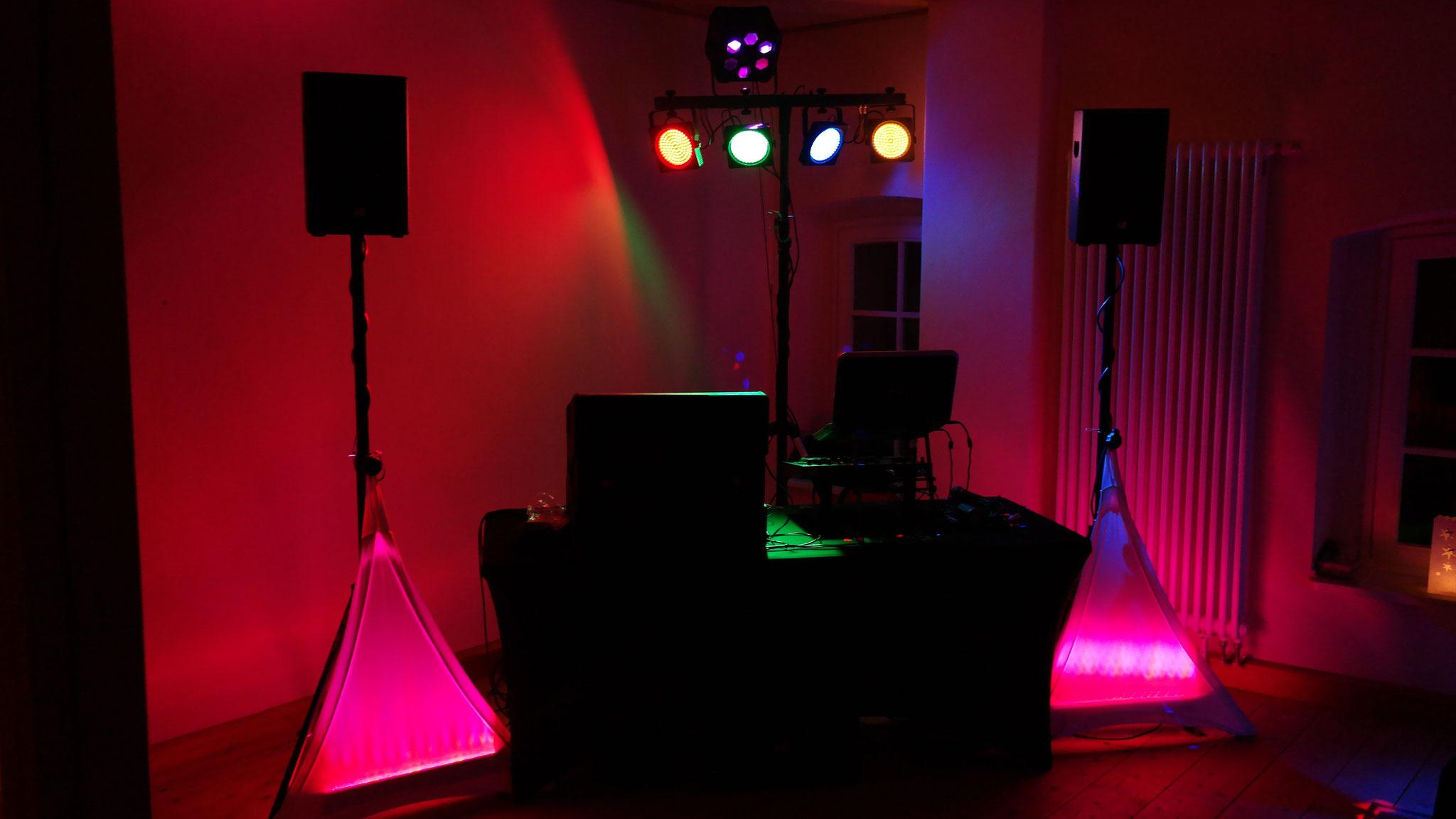 DJ Setup mit aktiver PA, Dave15 von LD Systems (15 Zoll Sub unterm Tisch)