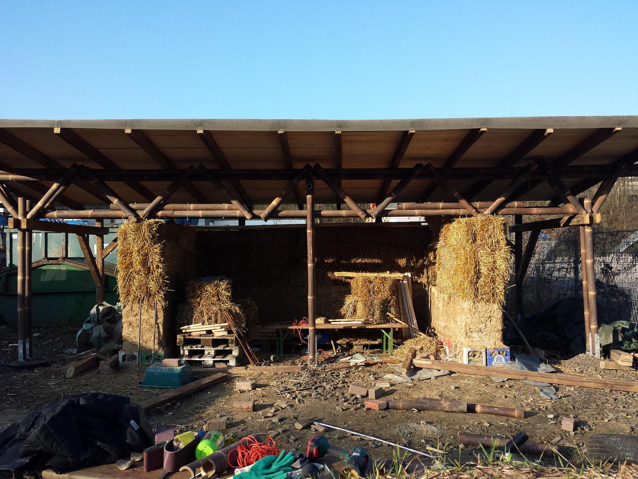 Fast fertige Konstruktion - im Frühling werden die Wände verputzt und das Probebauwerk wird seiner späteren Nutzung zugeführt (Unterstand? Bar? ... für Utopiastadt!)