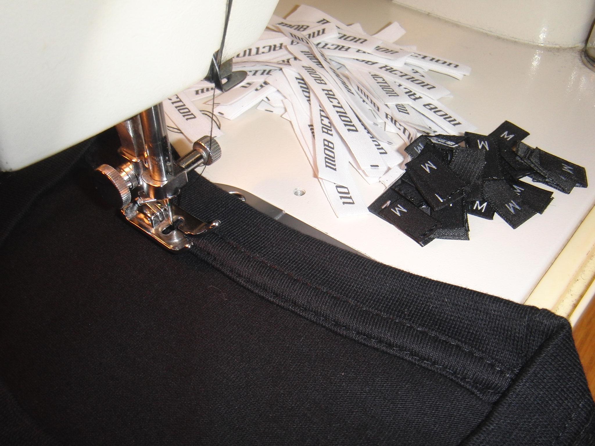 Etiketten-einnähen-von-T-Shirts-Textilien