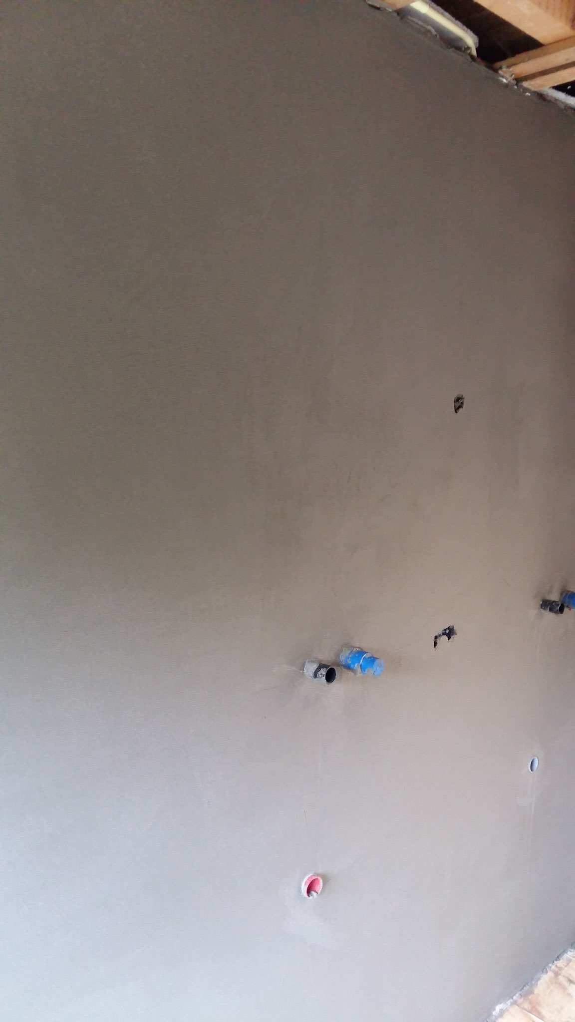 Badkamer tegelklaar met cement gebonden uitvlakmortel