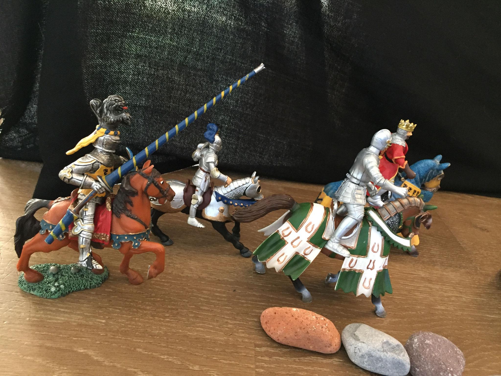 Der König nahm alle Ritter vom Schloss mit. Sie ritten zusammen zur Drachen Höhle.
