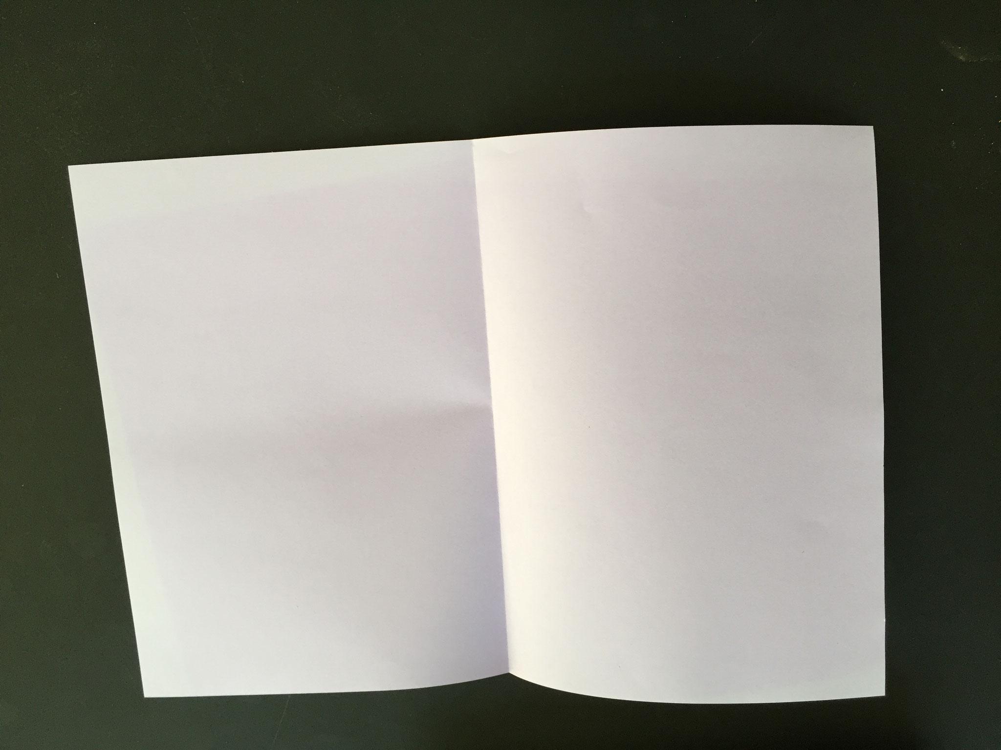 Jetzt machst du die Segel: Ein Blatt A4 Papier 2 Mal falten.