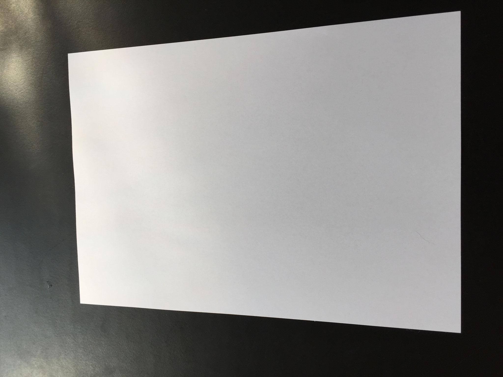 Nimm ein Blatt Papier, am besten A4, ausser du willst ein Riesenschiff, dann nimm A3.