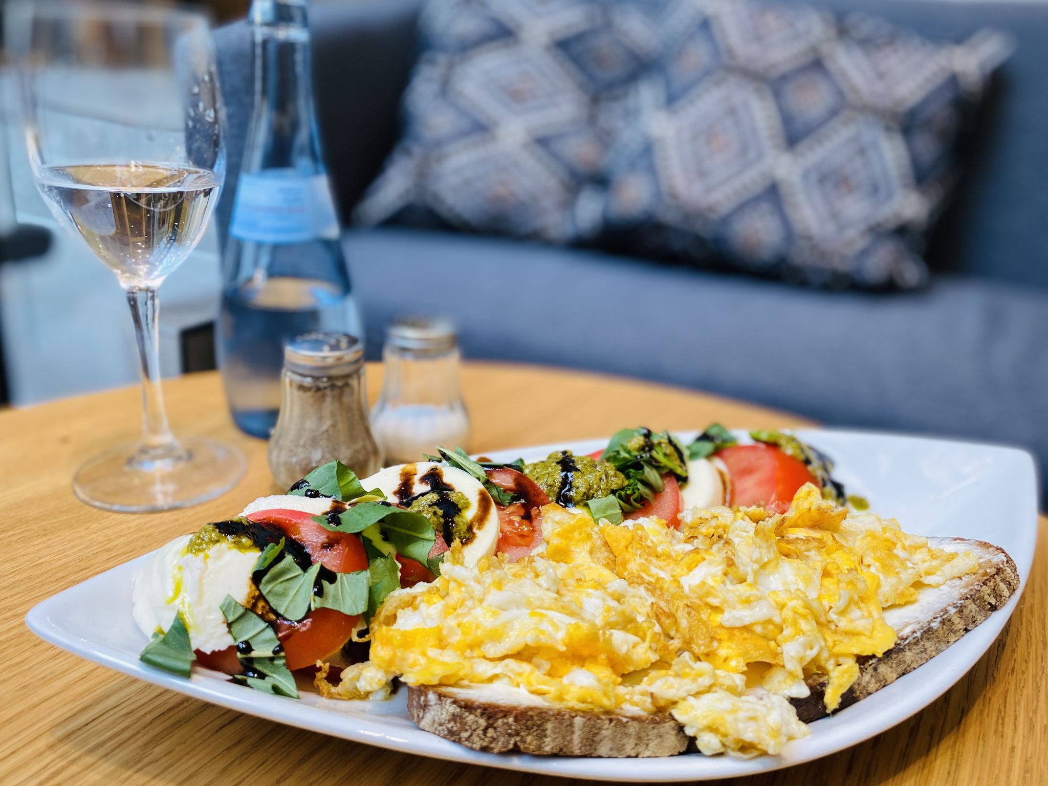 Unser Frischkäsebrot mit Rührei und Tomate-Mozzarella zum Mittagstisch. Sehr beliebt und fein.
