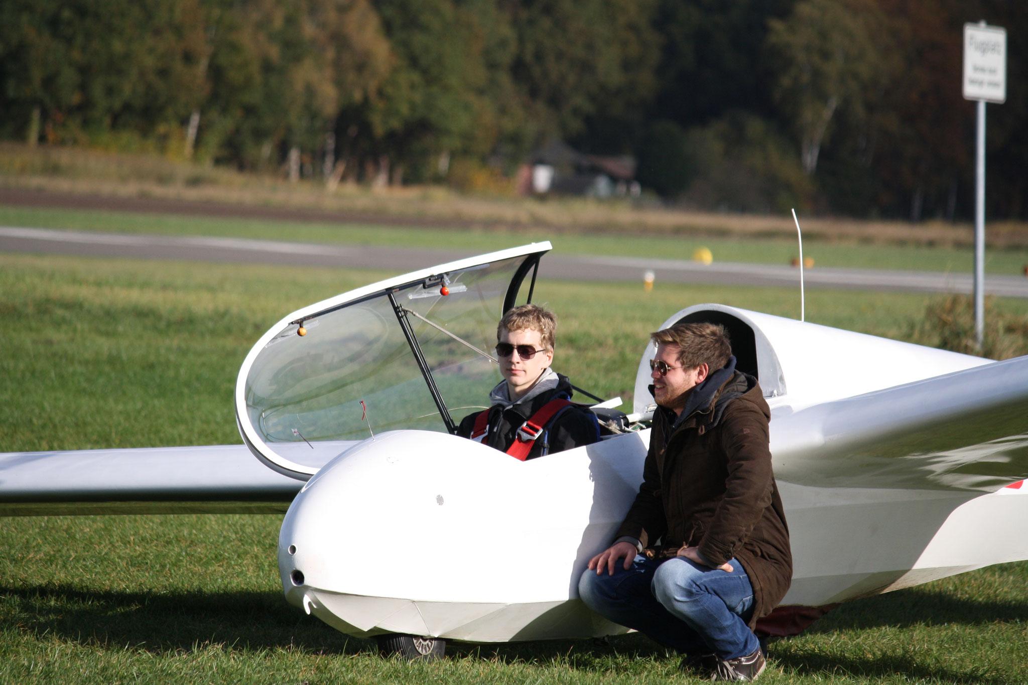 Fluglehrer Mathias erklärt Leonard, dass er alleine fliegen darf.