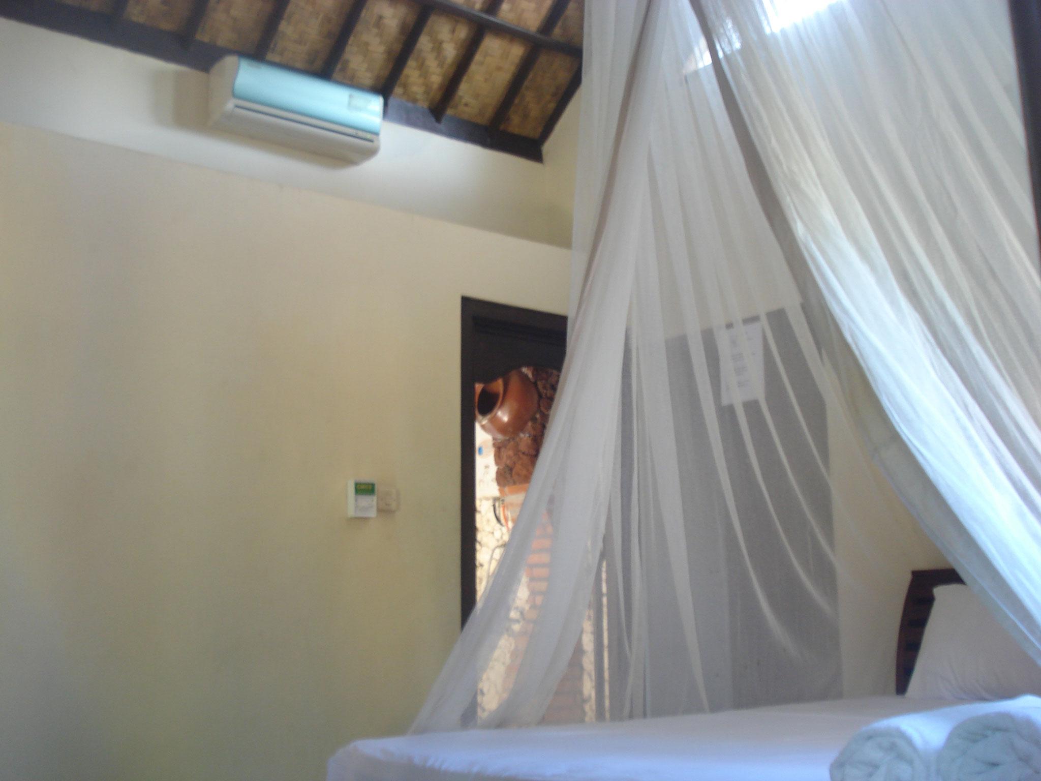 Bulih Beach Bungalows - Room 2 / View to Bathroom