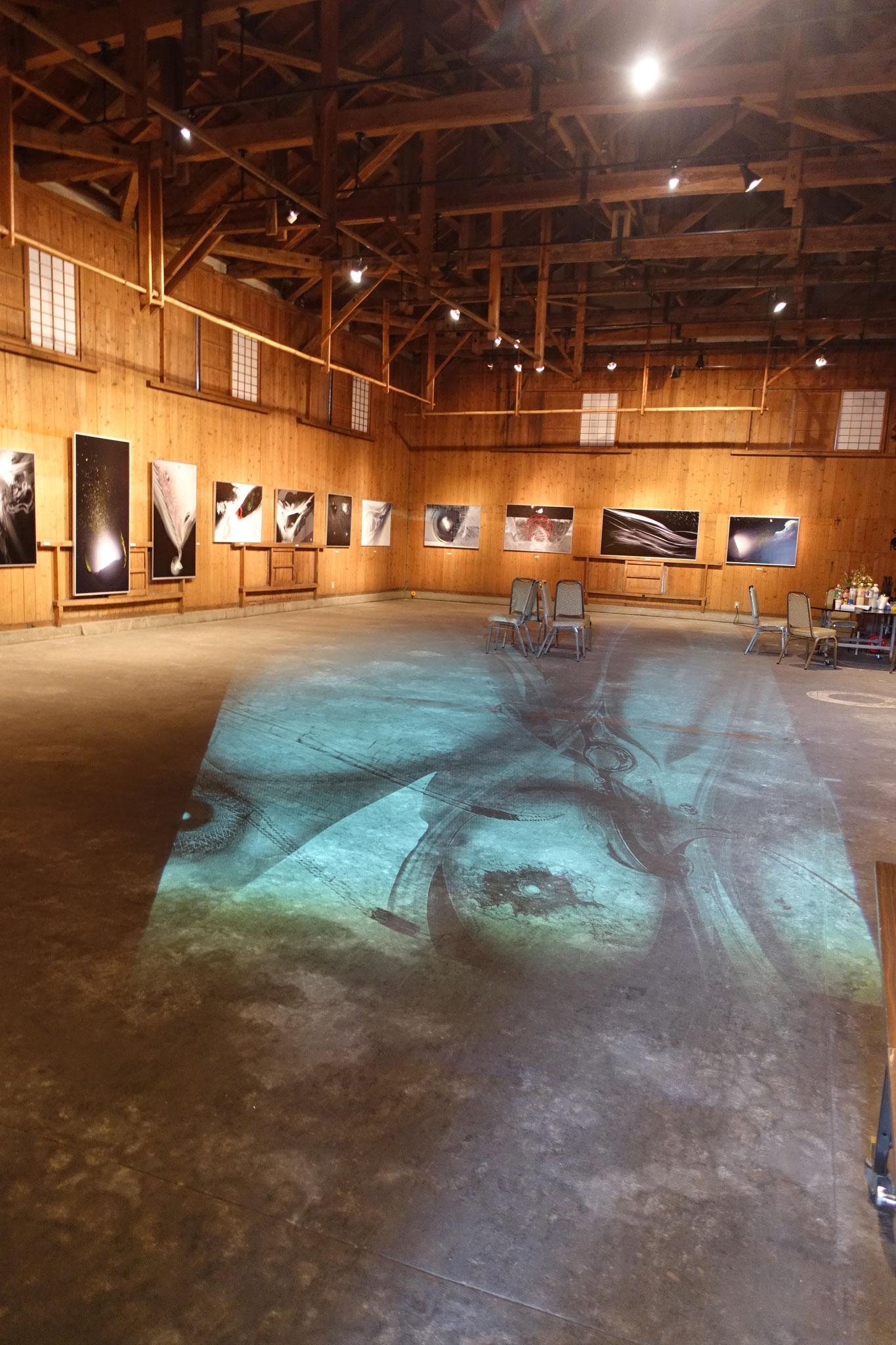 イベントやコンサート会場にも使変われている昭和蔵 「悠久の思考ー宇宙の卵」と題して元素的な絵画展が行われていました。