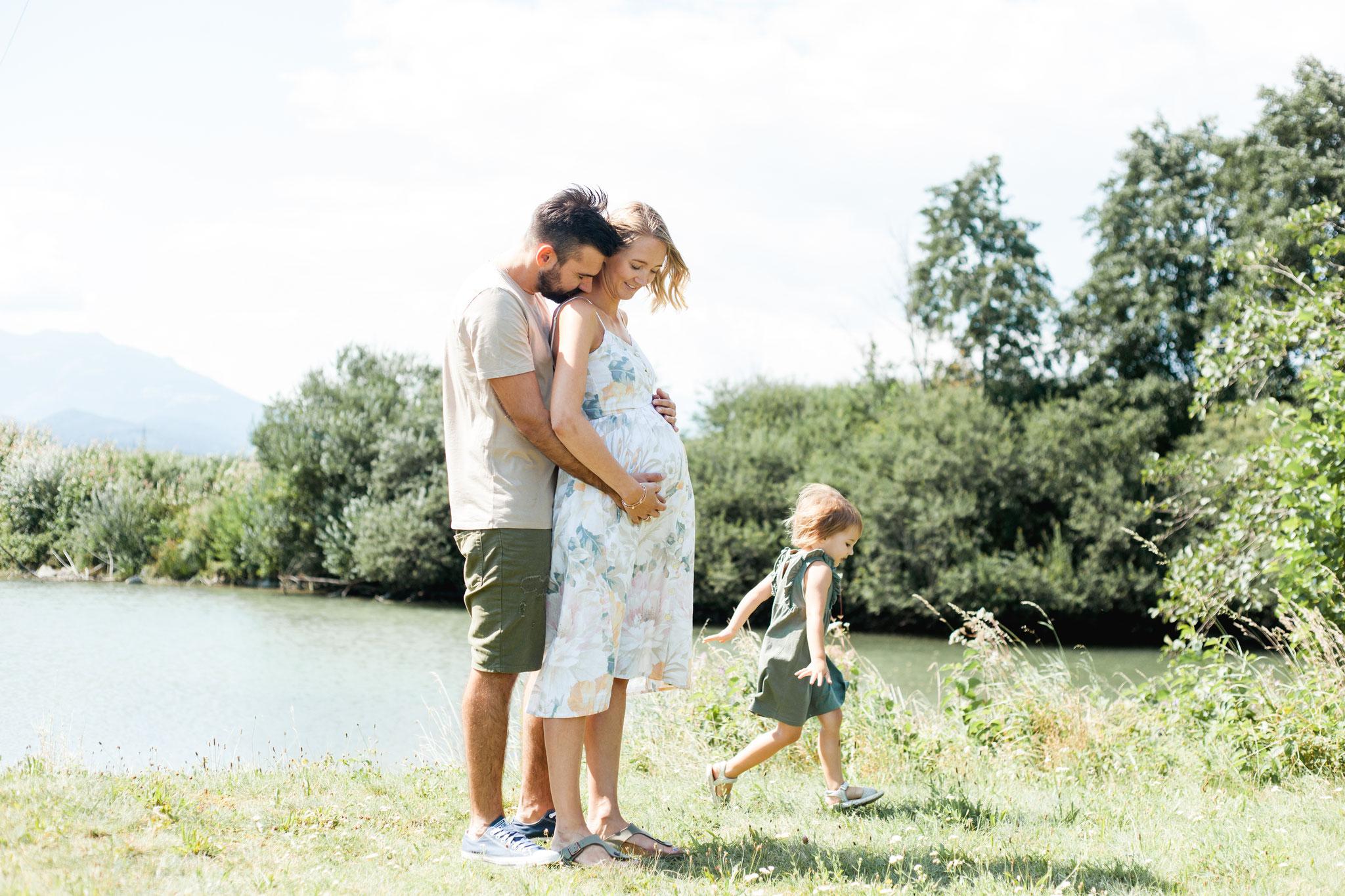 Sommerliches Babybauchfoto mit Familie und Kind