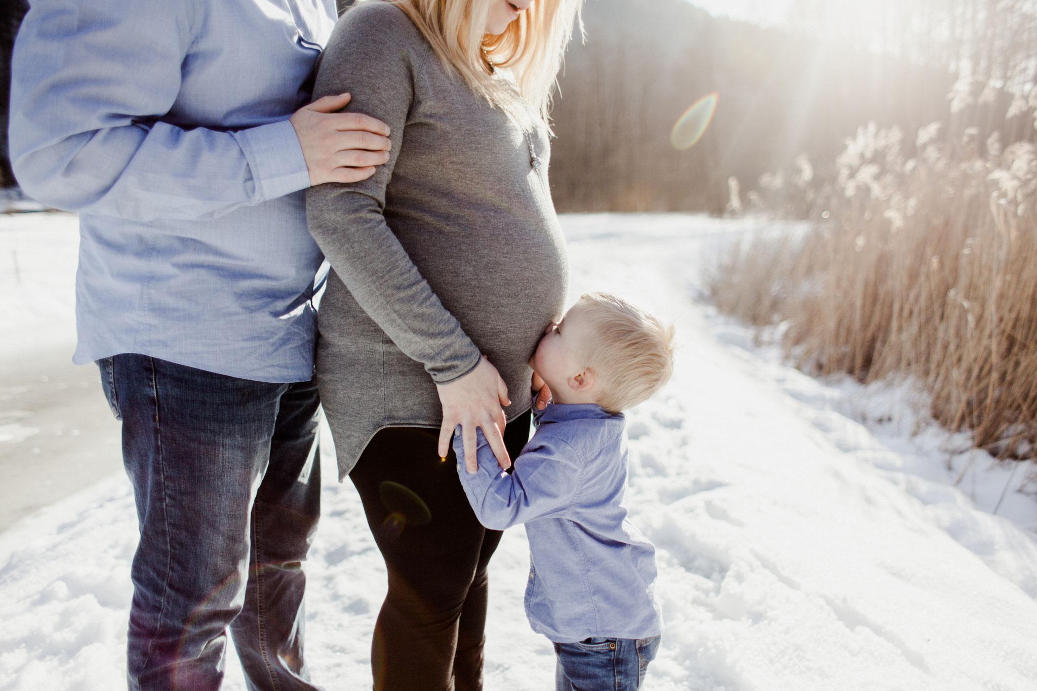 Babybauchfoto mit Gegenlicht und Kind