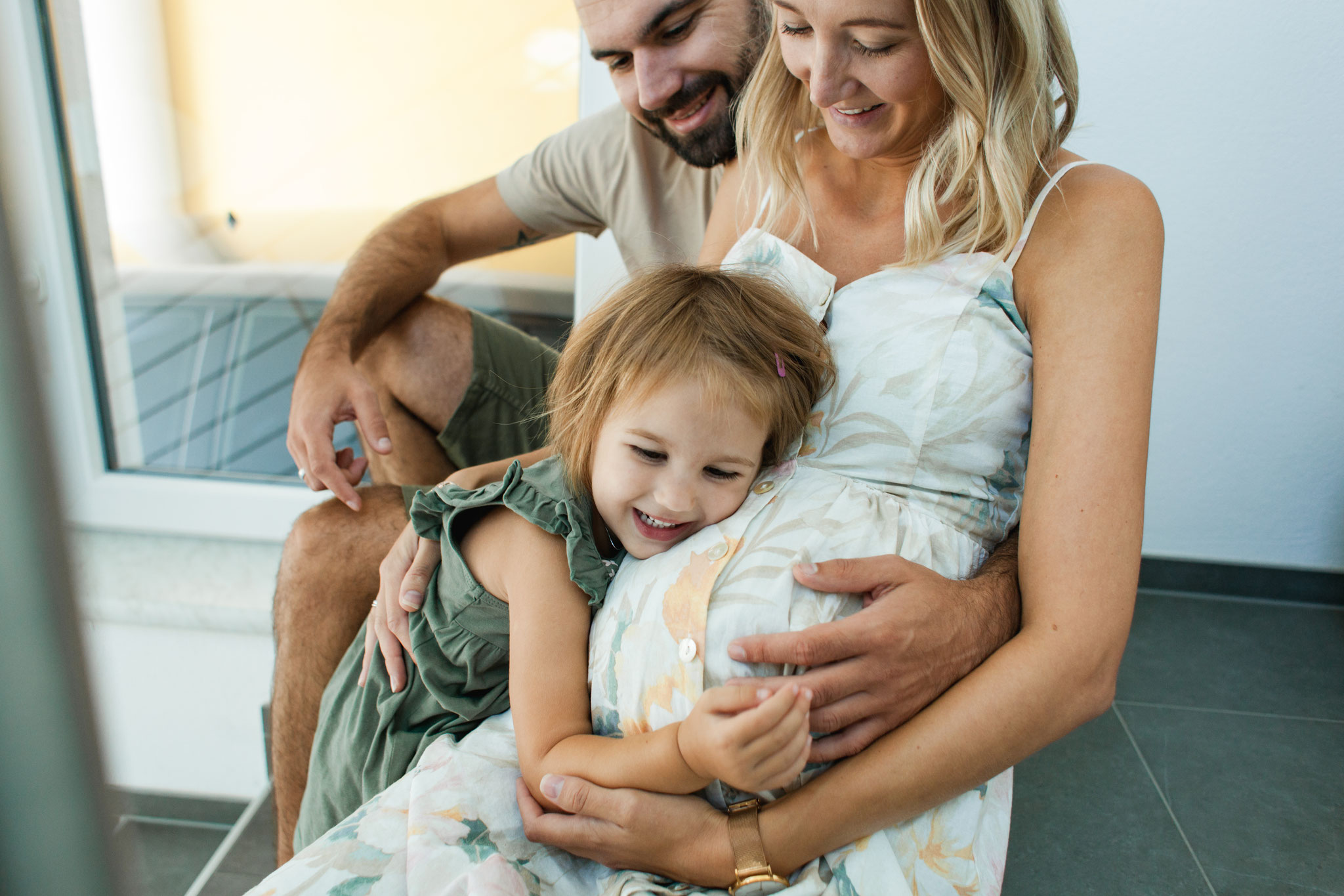Authentisches Babybauchfoto mit Kind Homestory