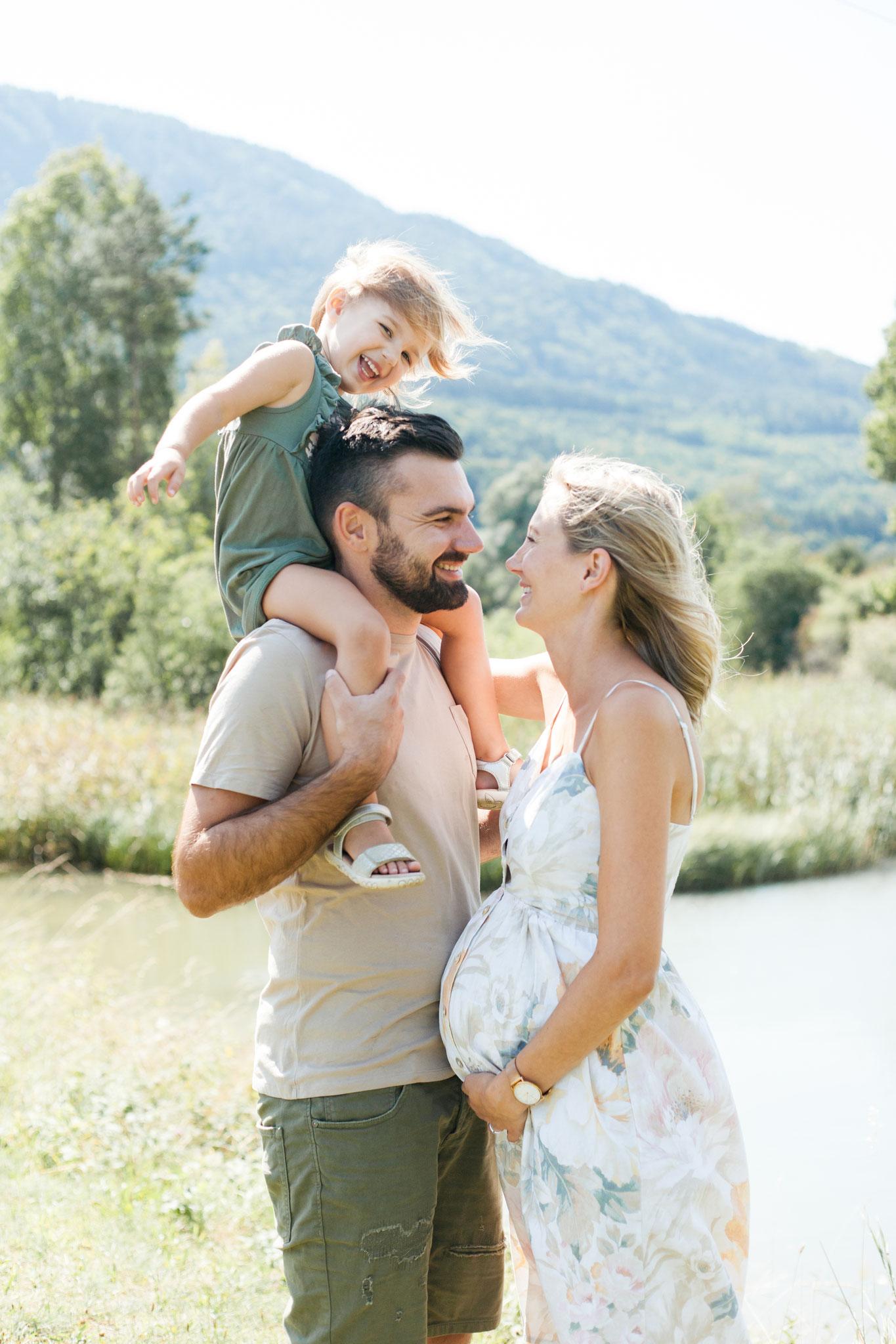Glückliche Familie mit Babybauch und Kind
