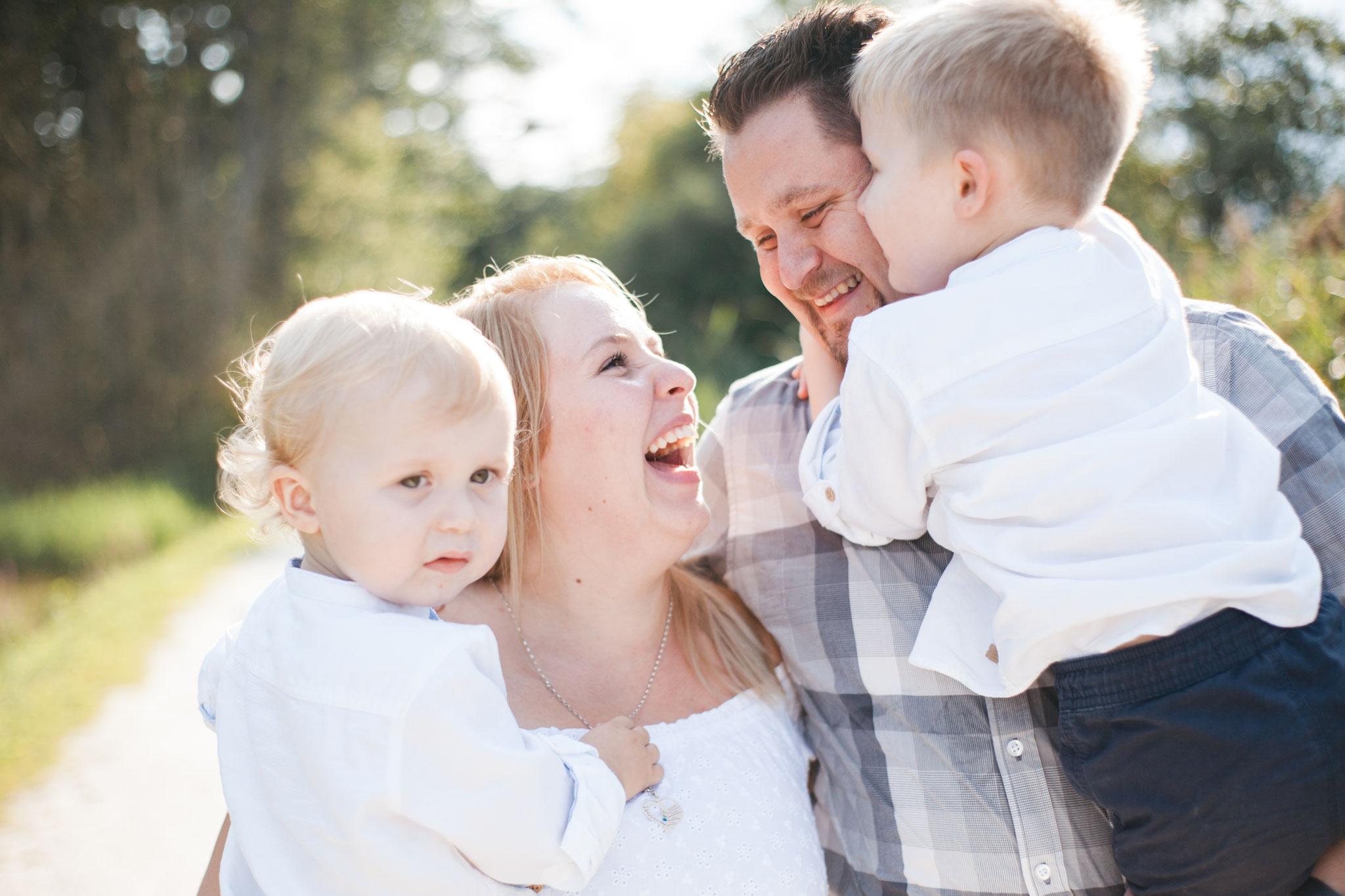 Lachende Familie mit Kindern