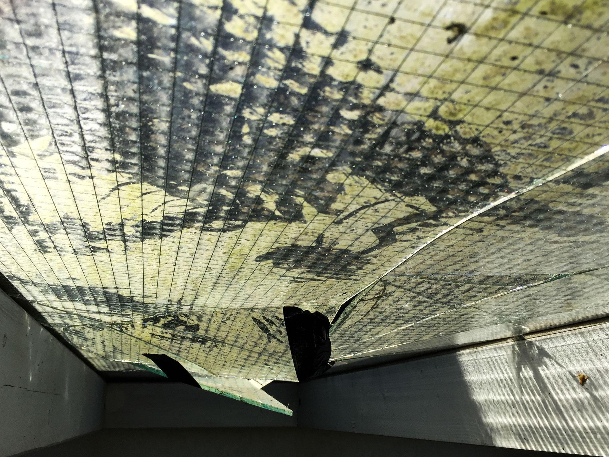 Die zersprungene alte Dachverglasung aus Drahtglas