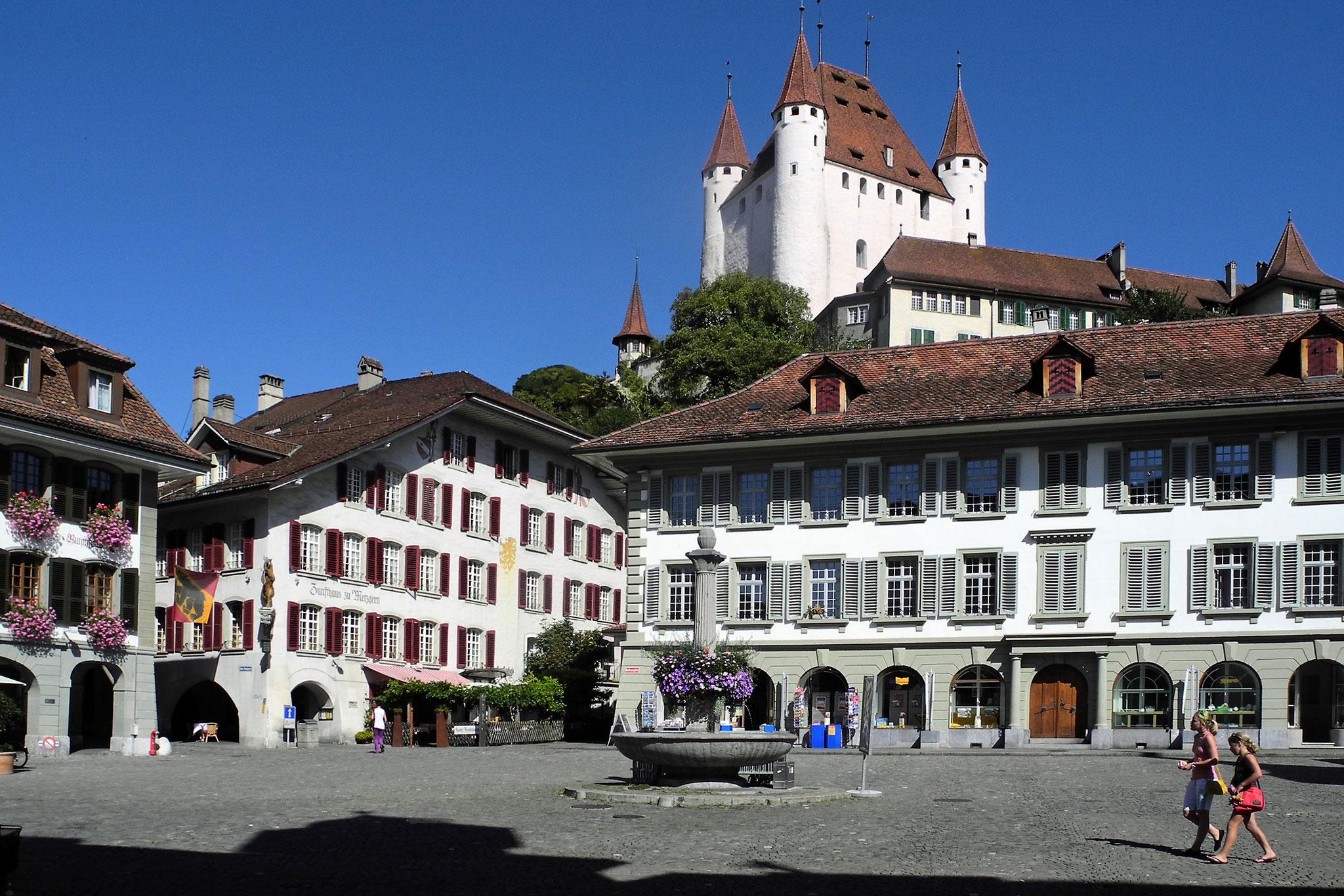 Rathausplatz mit Schloss