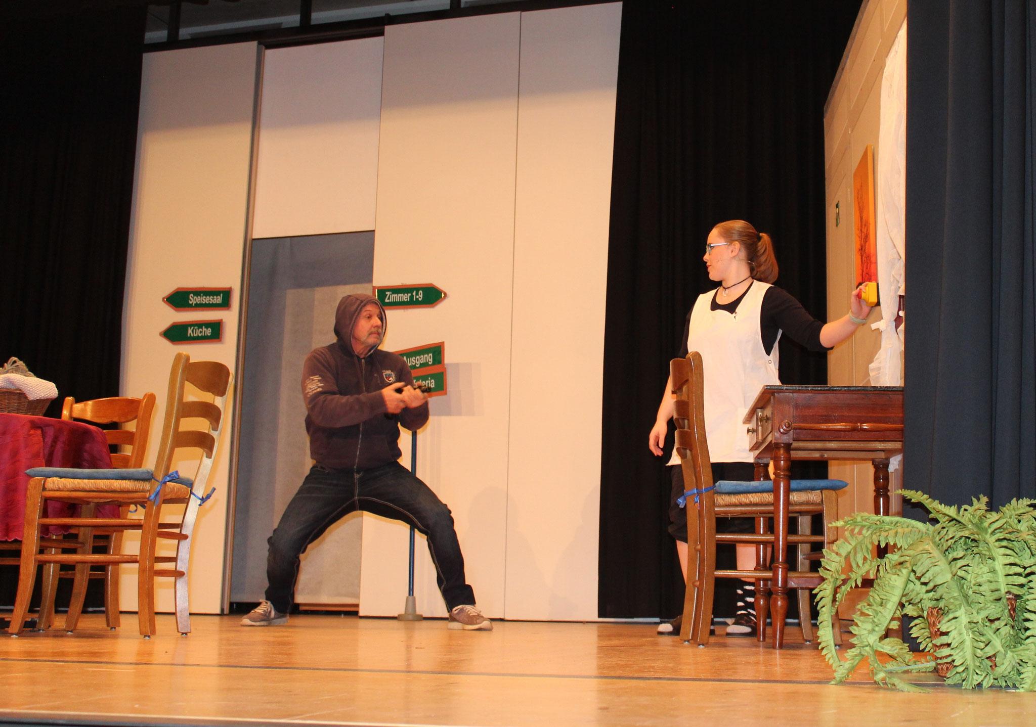 Theatergruppe spielt das Stück: Ybruch mit Näbewürkige