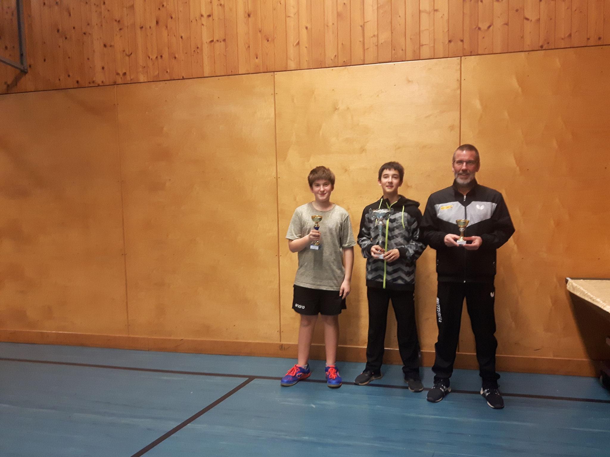 Siegerfoto Bewerb E: v.l.n.r. Florian Damm (SSTO) (Platz 2), Niklas Damm (SSTO) (Sieger), Erwin Gastinger (USTO) (Platz 3)