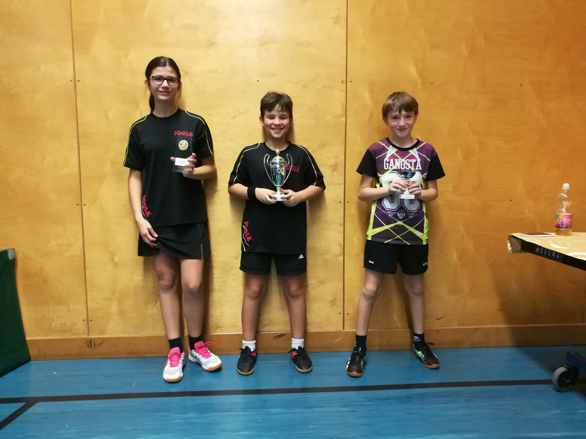 Siegerfoto Bewerb U13: v.l.n.r. Claire Mousset (OLY) (Platz 2), Filip Dzoic (OLY) (Sieger), Luca Sitzmann (OLY) (Platz 3)