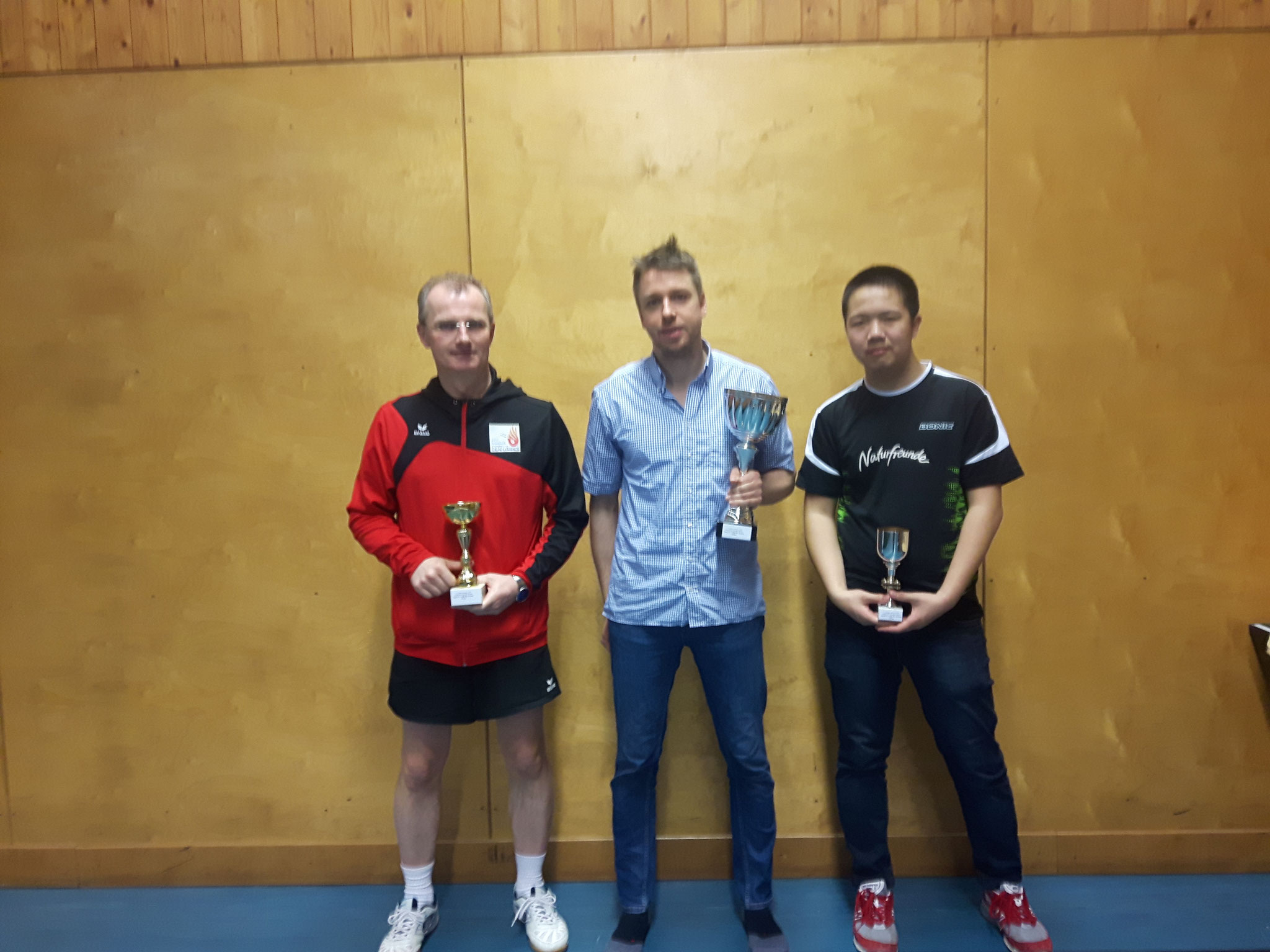 Siegerfoto Bewerb A: v.l.n.r. Erwin Stürmer (WPAE) (Platz 2), Johannes Steindl (OLY) (Sieger), Eric Tang (NFS) (Platz 3)