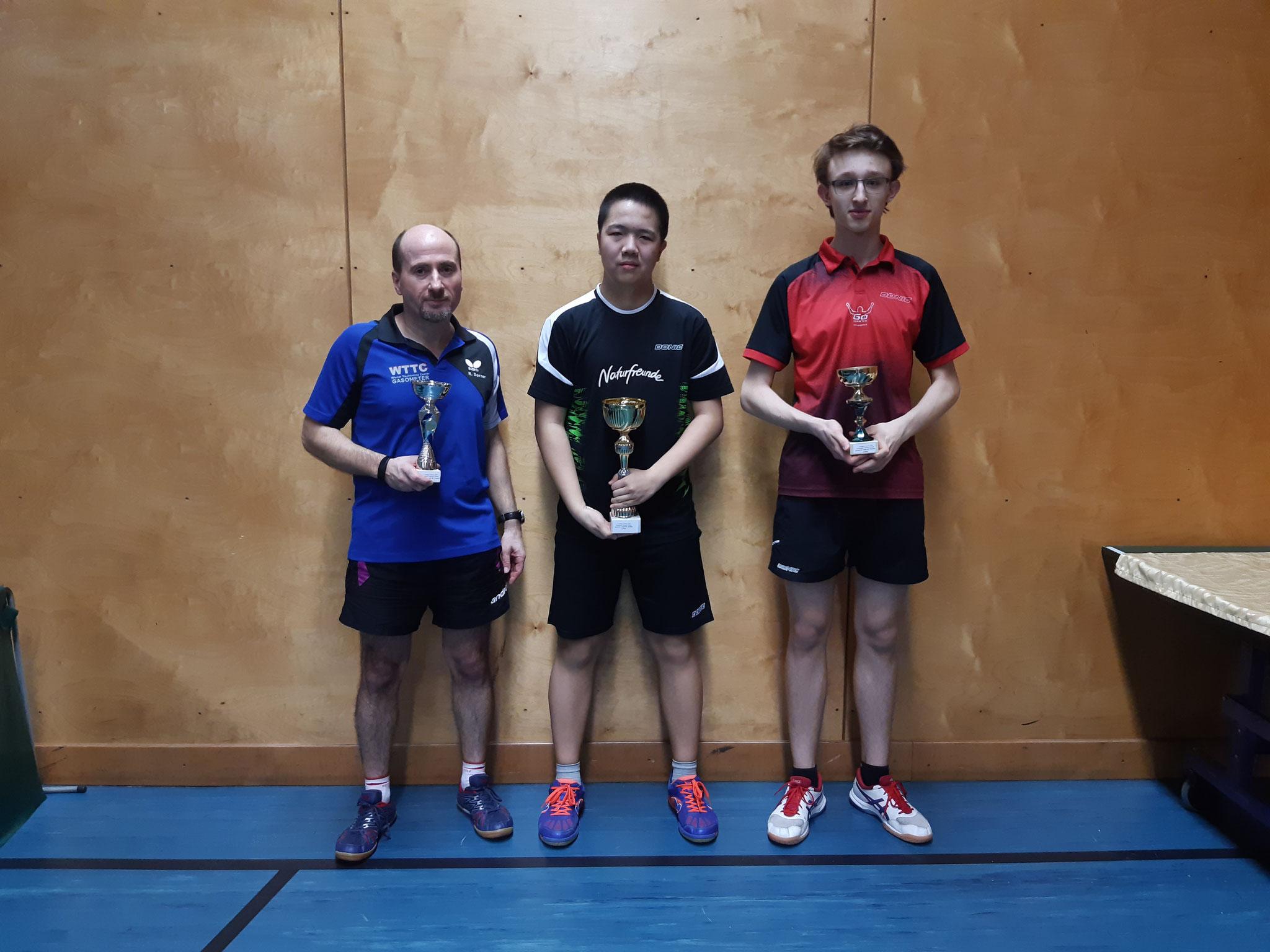 Siegerfoto Bewerb B: v.l.n.r. Roland Dorner (OLD) (Platz 2), Eric Tang (NFS) (Sieger), Felix Kampas (LENZ) (Platz 3)