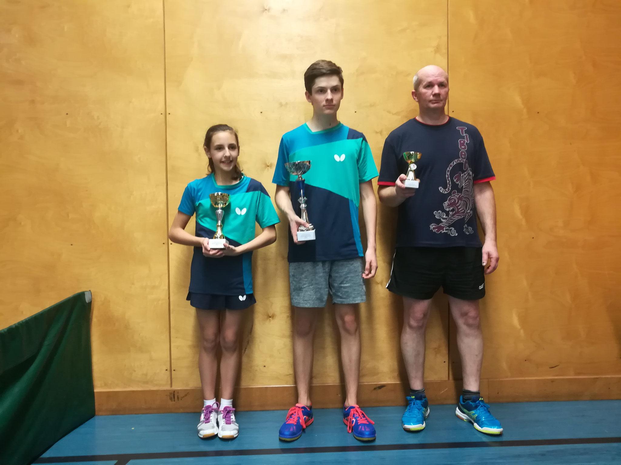Siegerfoto Bewerb E: v.l.n.r. Lara Taborski (SSTO) (Platz 2), David Brandl (SSTO) (Sieger), Endre Pelsöczi (URAP) (Platz 3)
