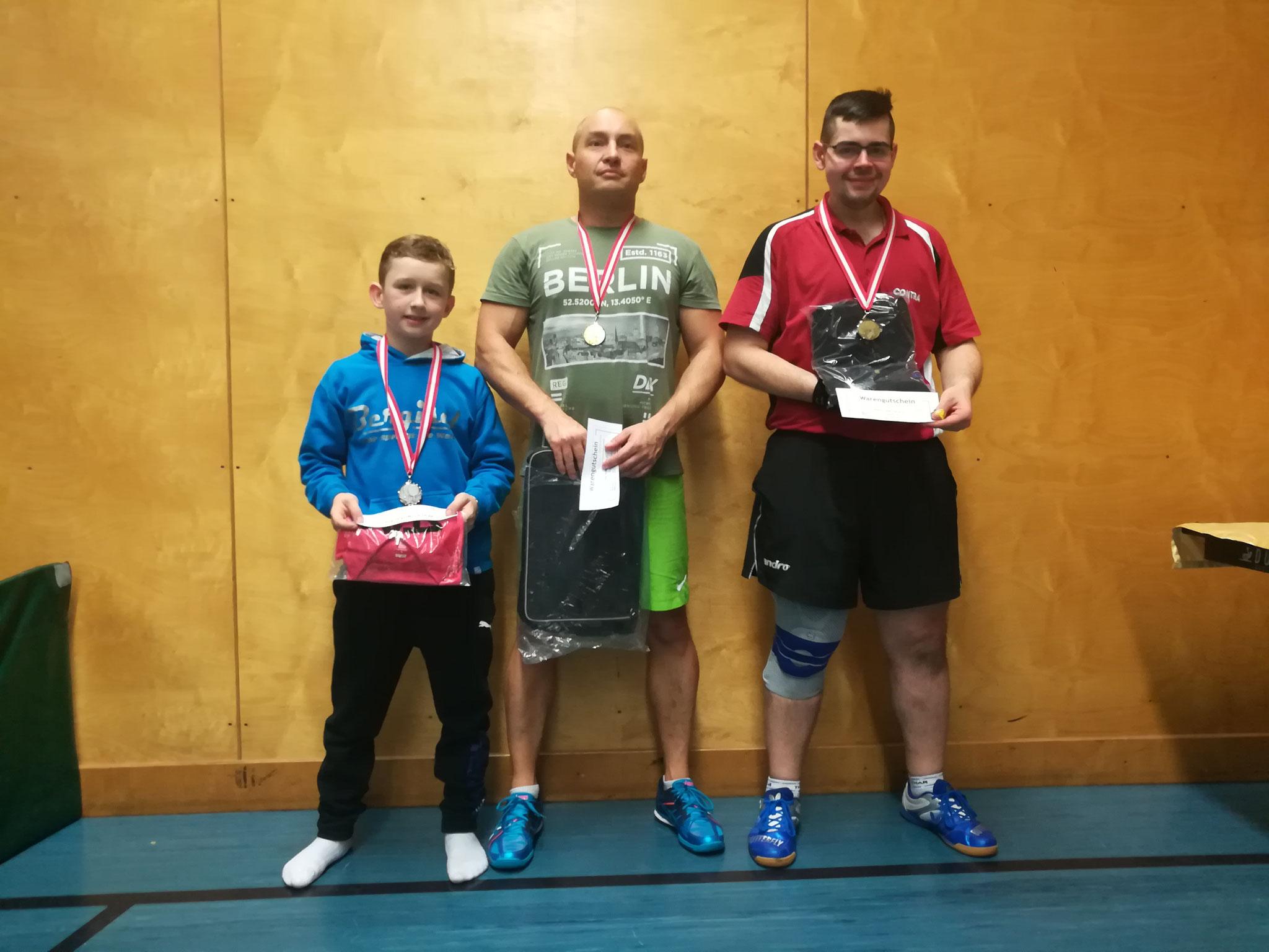 Siegerfoto Bewerb B: v.l.n.r. Julian Rzihauschek (SVS) (Platz 2), Marcin Gibala (WPAE) (Sieger), Mathias Haidvogl (SPAR) (Platz 3)