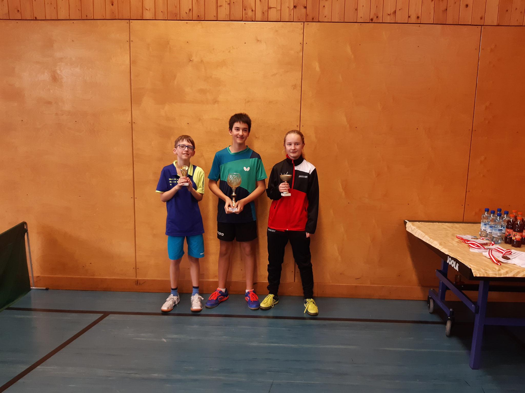 Siegerfoto Bewerb F: v.l.n.r. Tobias Kriha (SSTO) (Platz 3), Niklas Damm (SSTO) (Sieger), Pia Geineder (LENZ) (Platz 2)