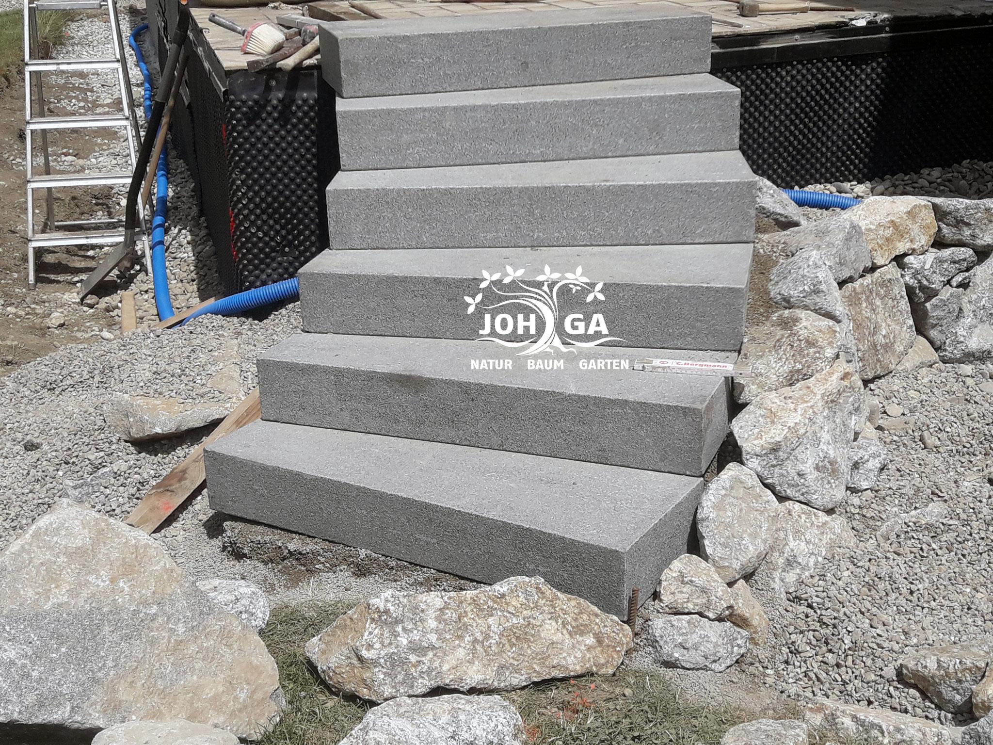 Exakte Stufen in den neu gestalteten Garten