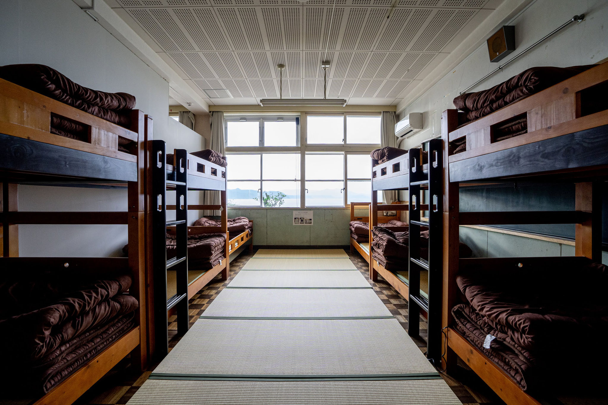 大部屋には畳と2段ベットが並び