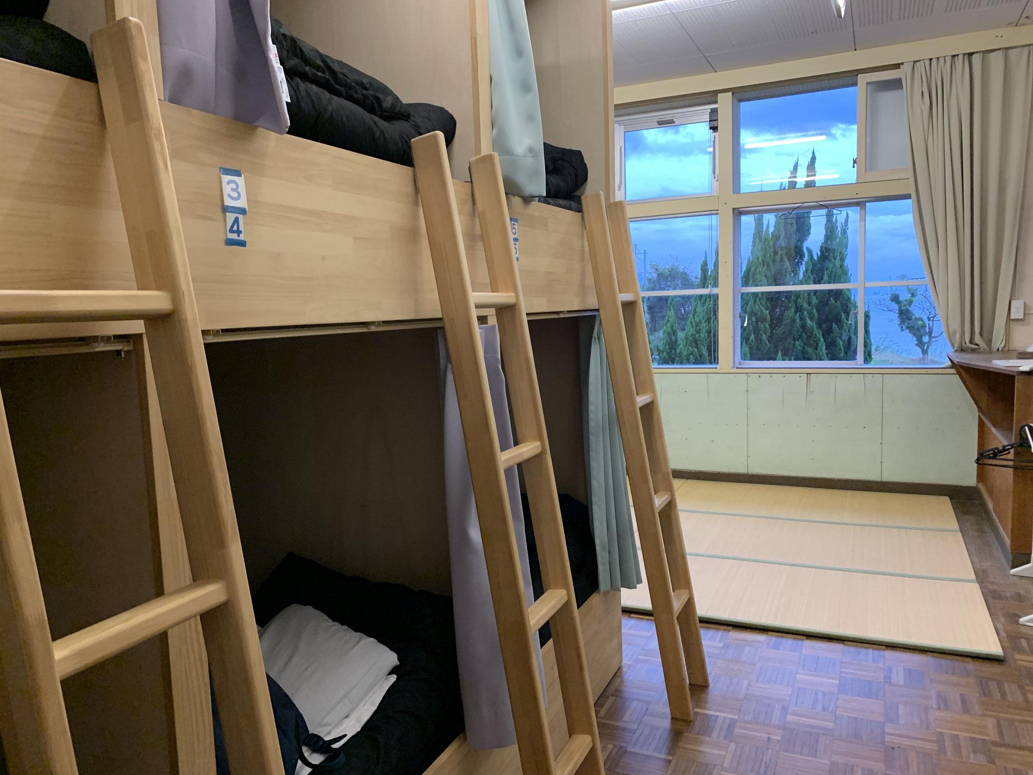 ドミトリーのベットは個室空間