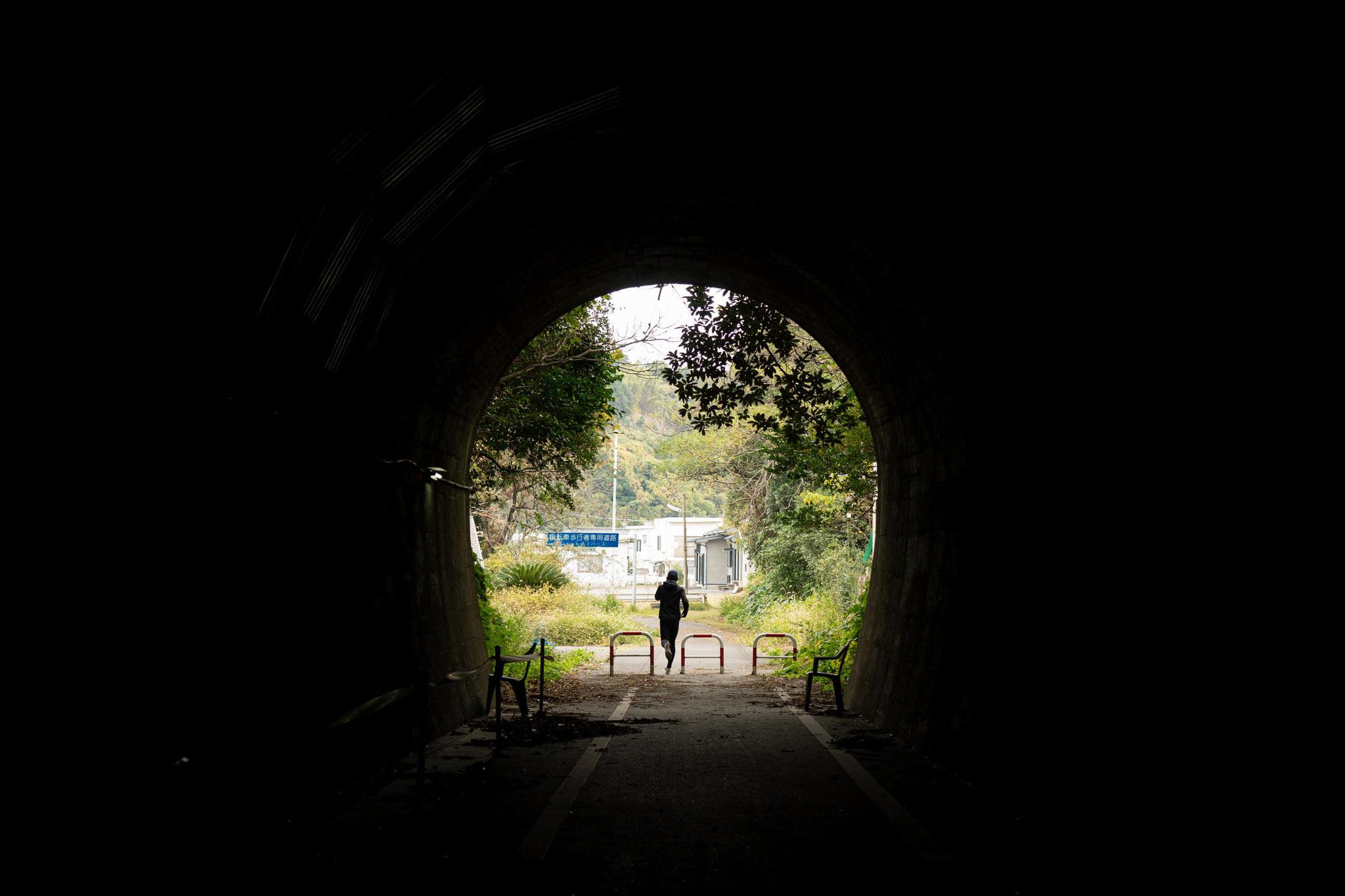 かつてのトンネルを走る人