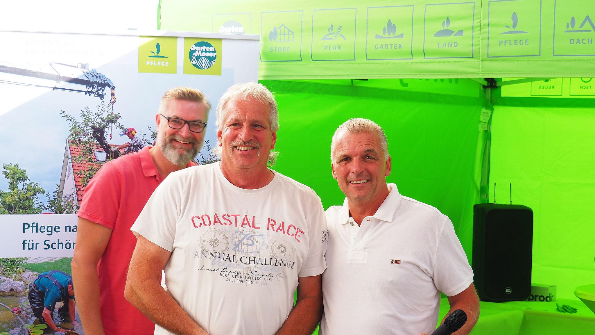 Der Sieger beim Schnupperkurs-Puttwettbewerb wurde per Los ermittelt. Gewonnen hat Peter Jöcks, eingerahmt von Spielführer Michael Reiher (links) und Rainer Wagner.