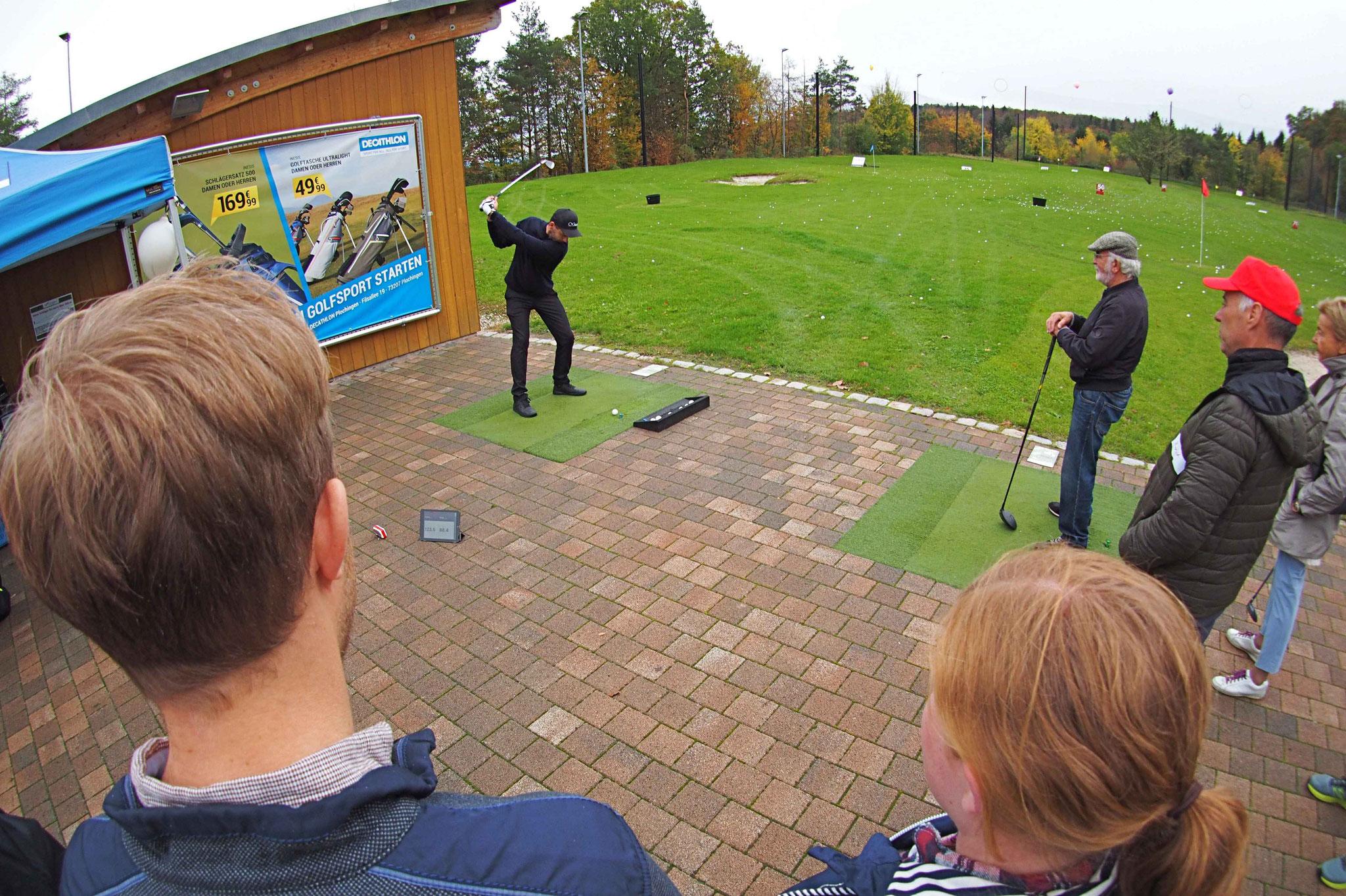 Auf der Driving Range zeigte Golfprofi Michel Wolf Abschläge - © GolfKultur Stuttgart