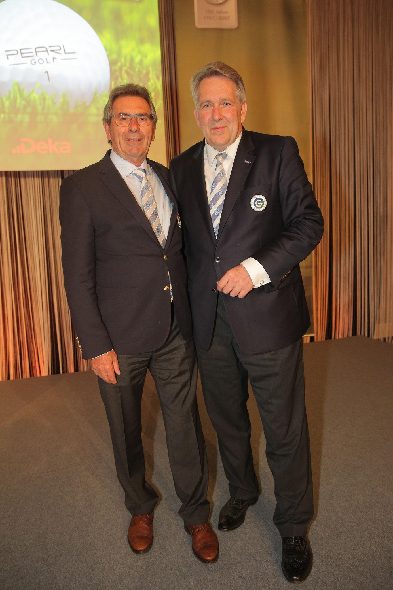 DGV-Präsident Claus M. Kobold gratuliert Otto Leibfritz zu seiner Wahl - © DGV