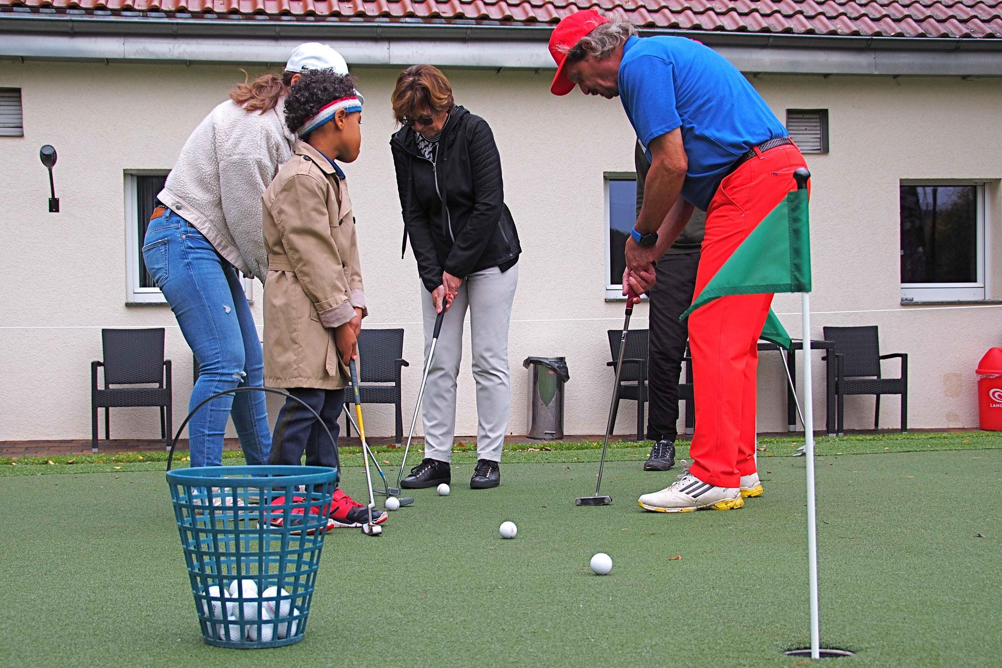 Das Runde muss ins Runde – Putten auf dem Übungsgrün - © GolfKultur Stuttgart