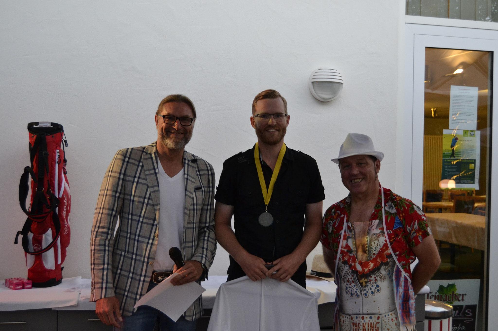 Brutto-Sieger bei den Herren wurde Kristian Kemmler (Mitte). Sonnenbühls bester Golfer erspielte 35 Bruttopunkte. Links Spielführer Michael Reiher und rechts Bruno Casola, Chef der Clubgastronomie und passend im Beachparty-Dress.