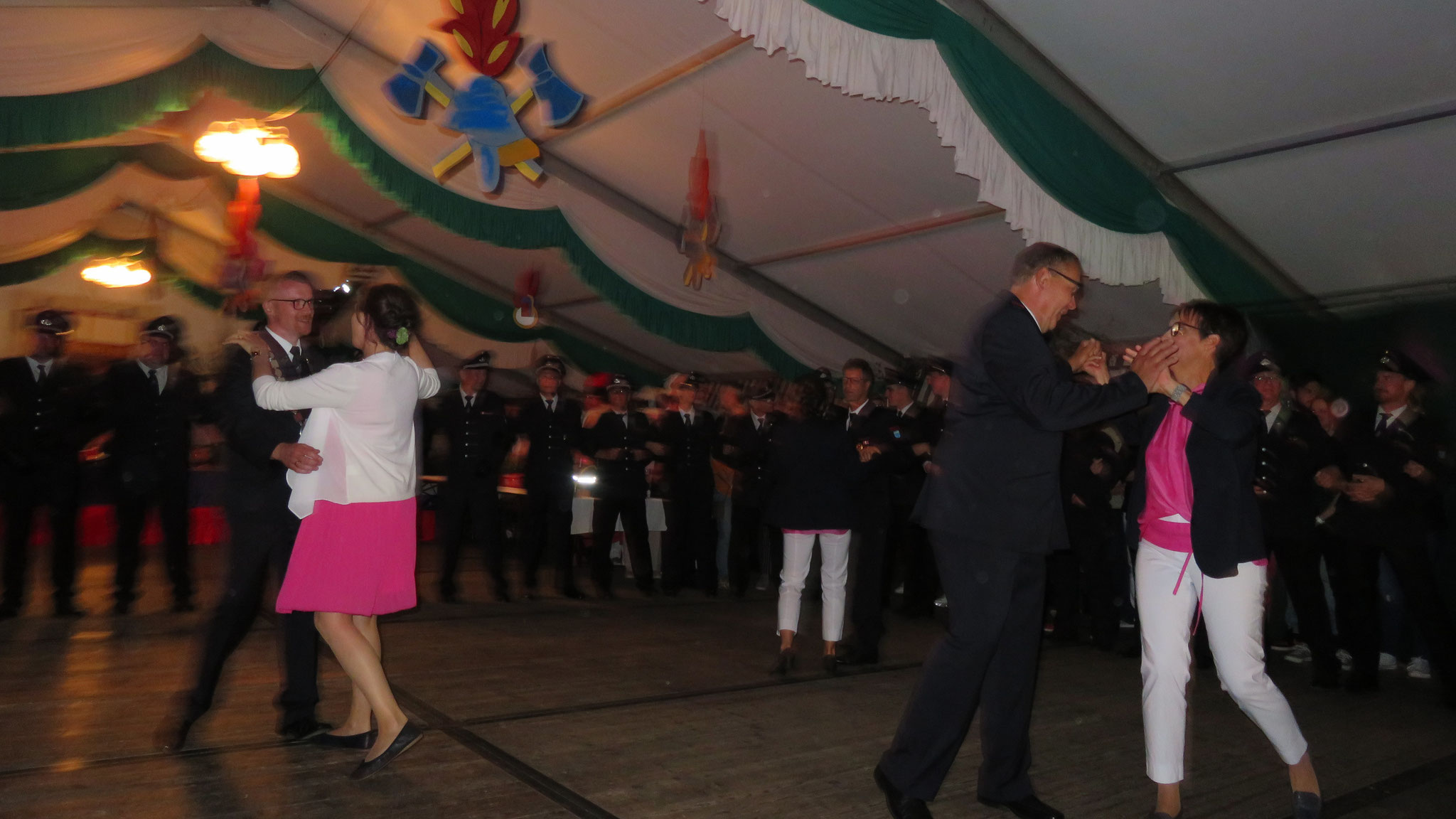 Das Festkettentrio der Feuerwehr tanzt