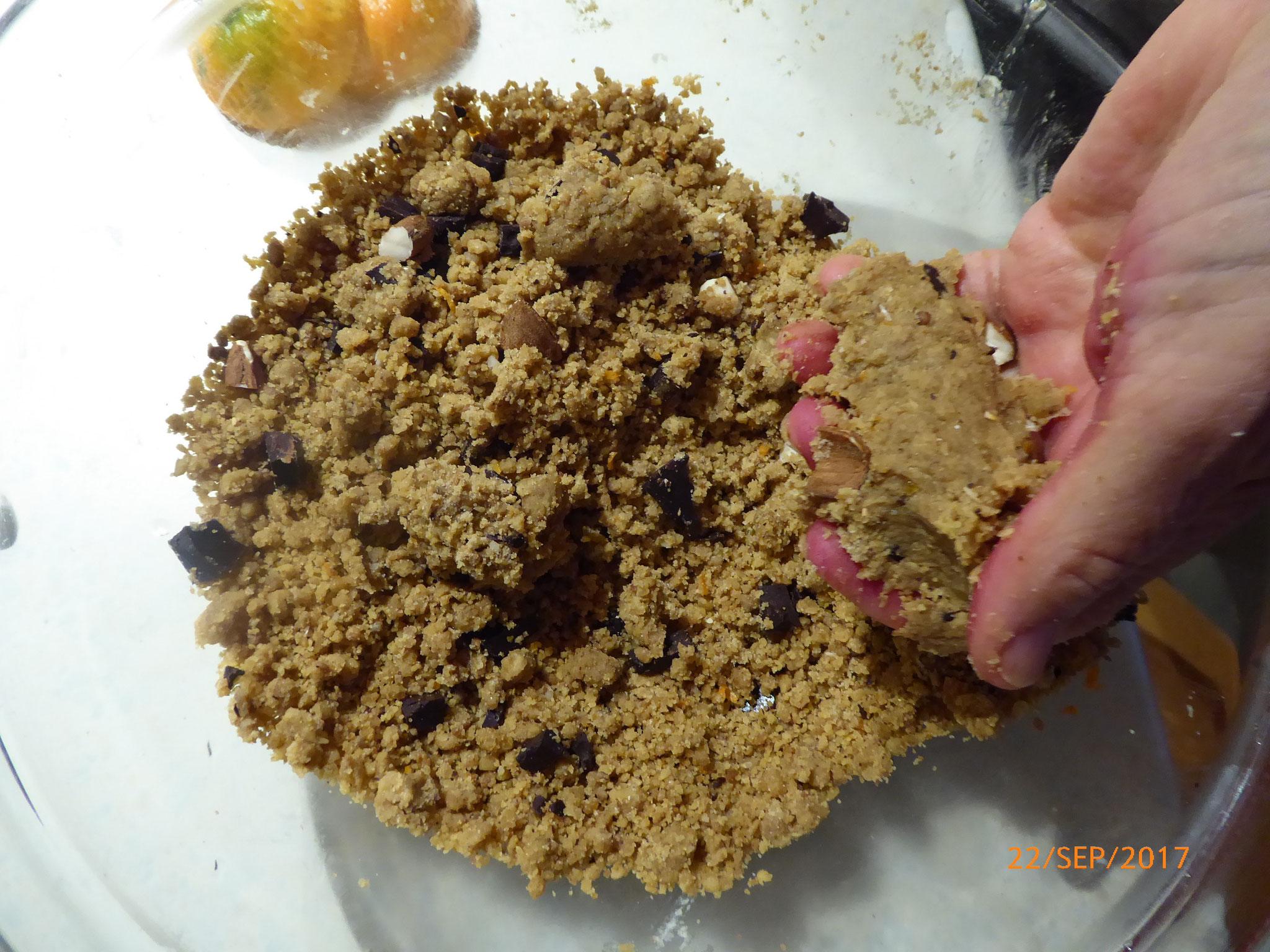 pressez dans la main pour s'assurer que la pâte est compacte