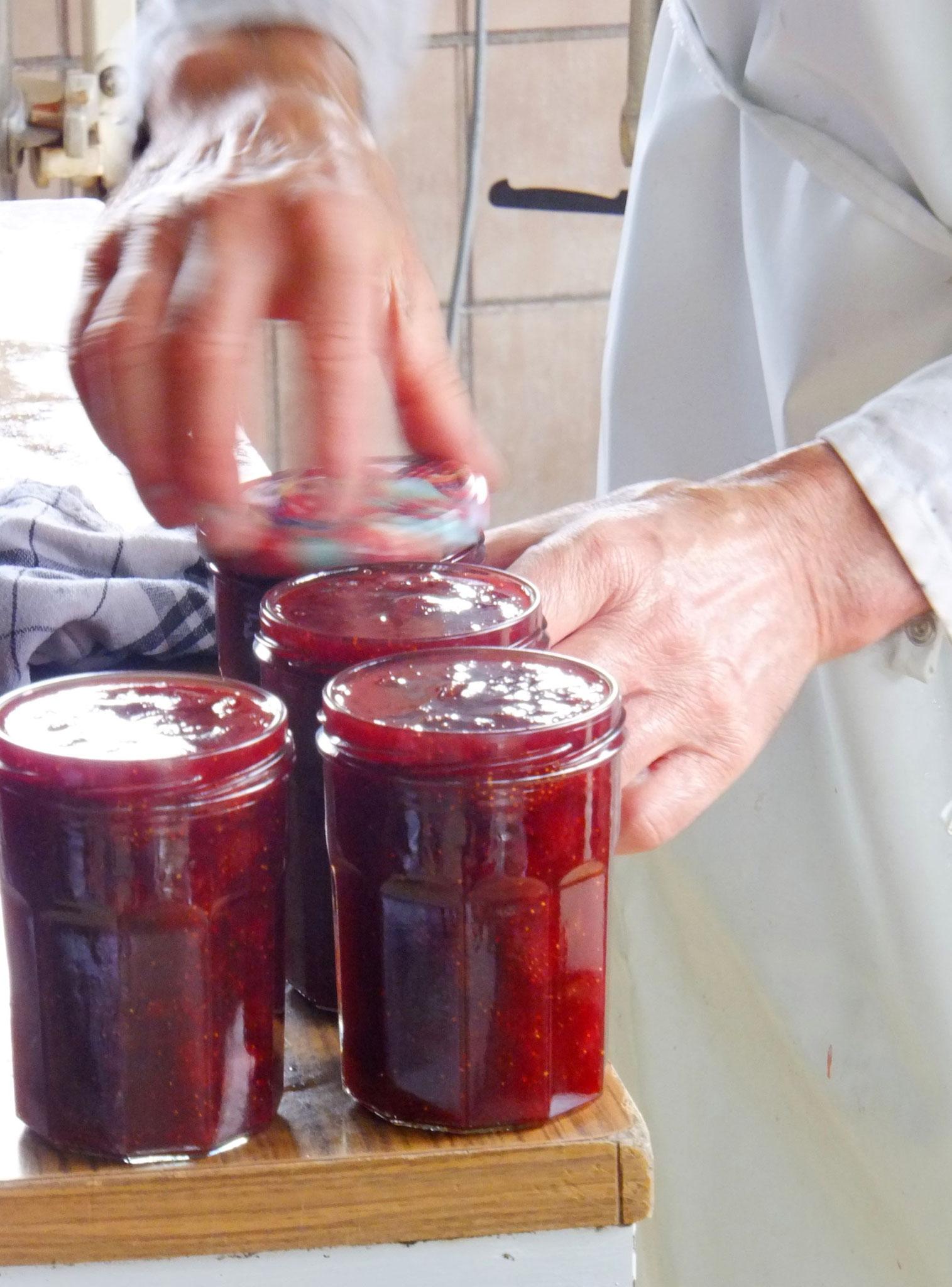 La mise en pot de la confiture est faite à chaud et à la main