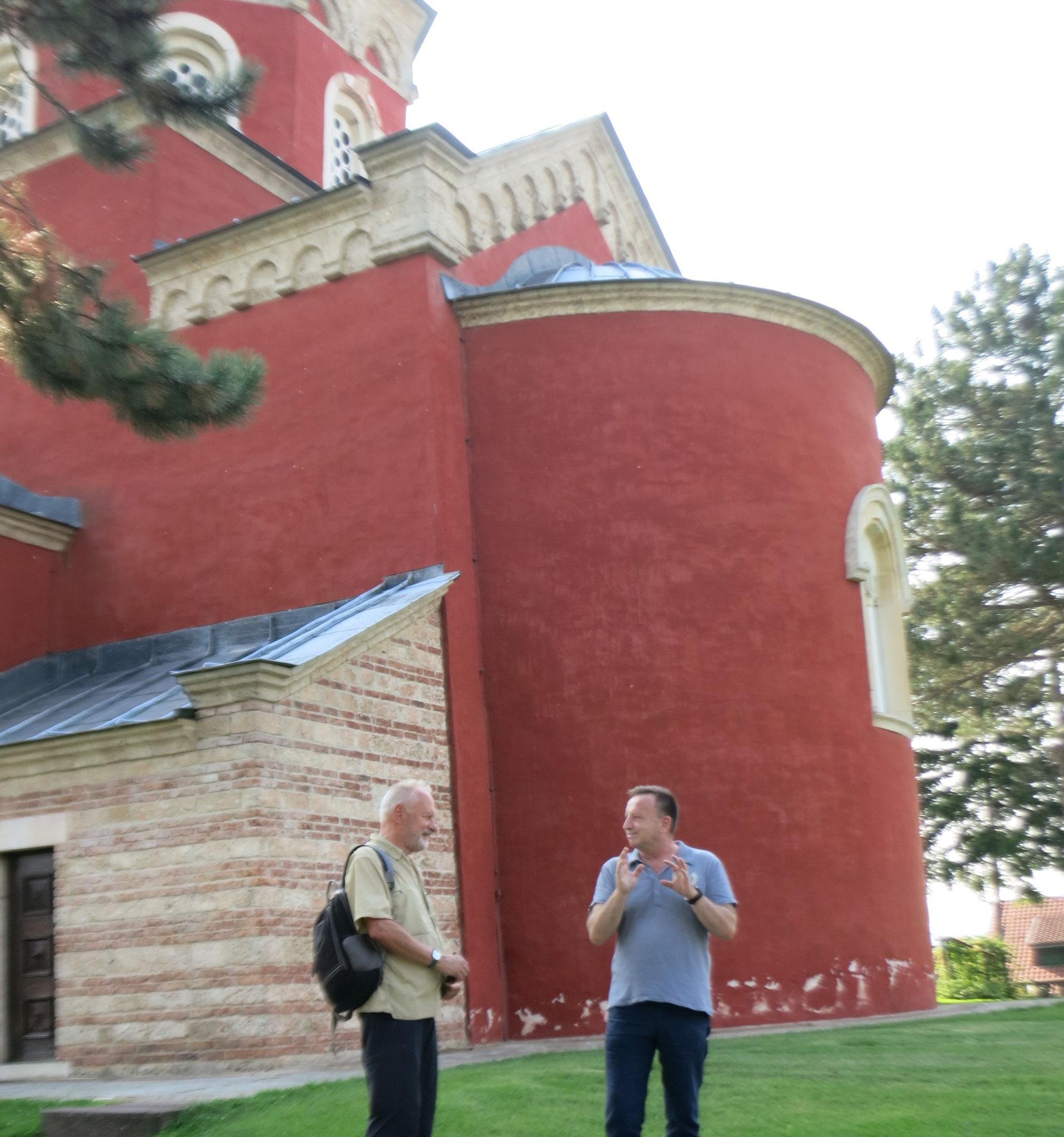 Sima y Willi con el monasterio al fondo
