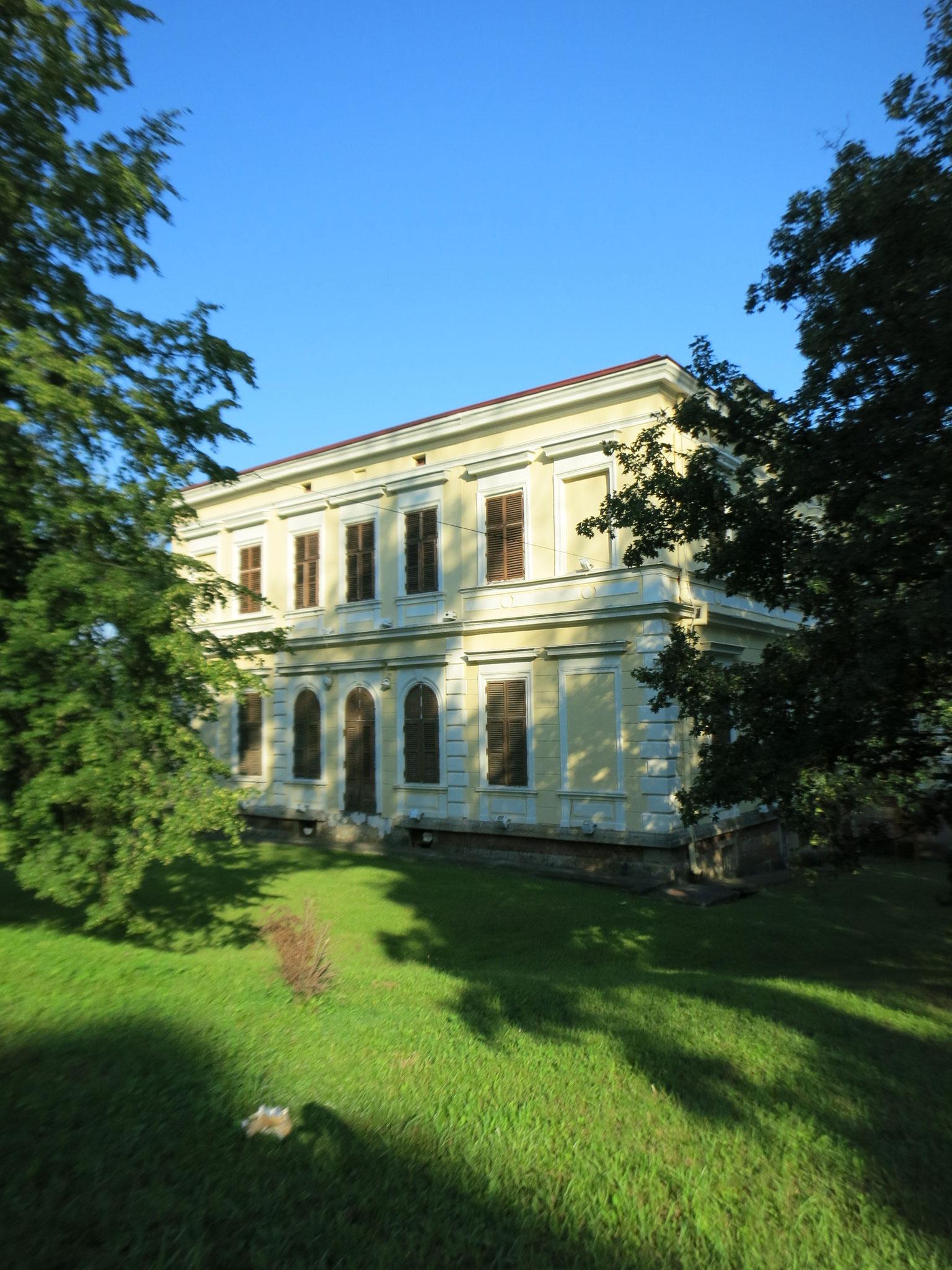 vista lateral del palacio del general J. Belimarkovic