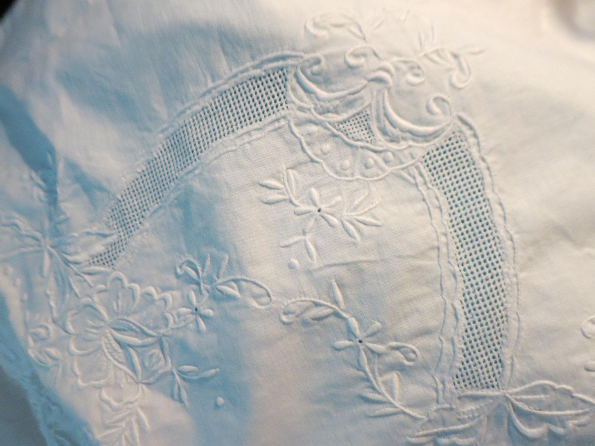 detalle de las sábanas antiguas de nuestra cama