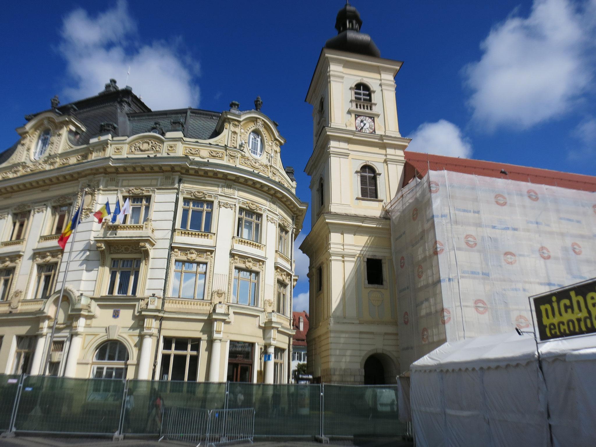 Nunca vi una iglesia y un edificio (antiguo banco) construidos tan cerca...