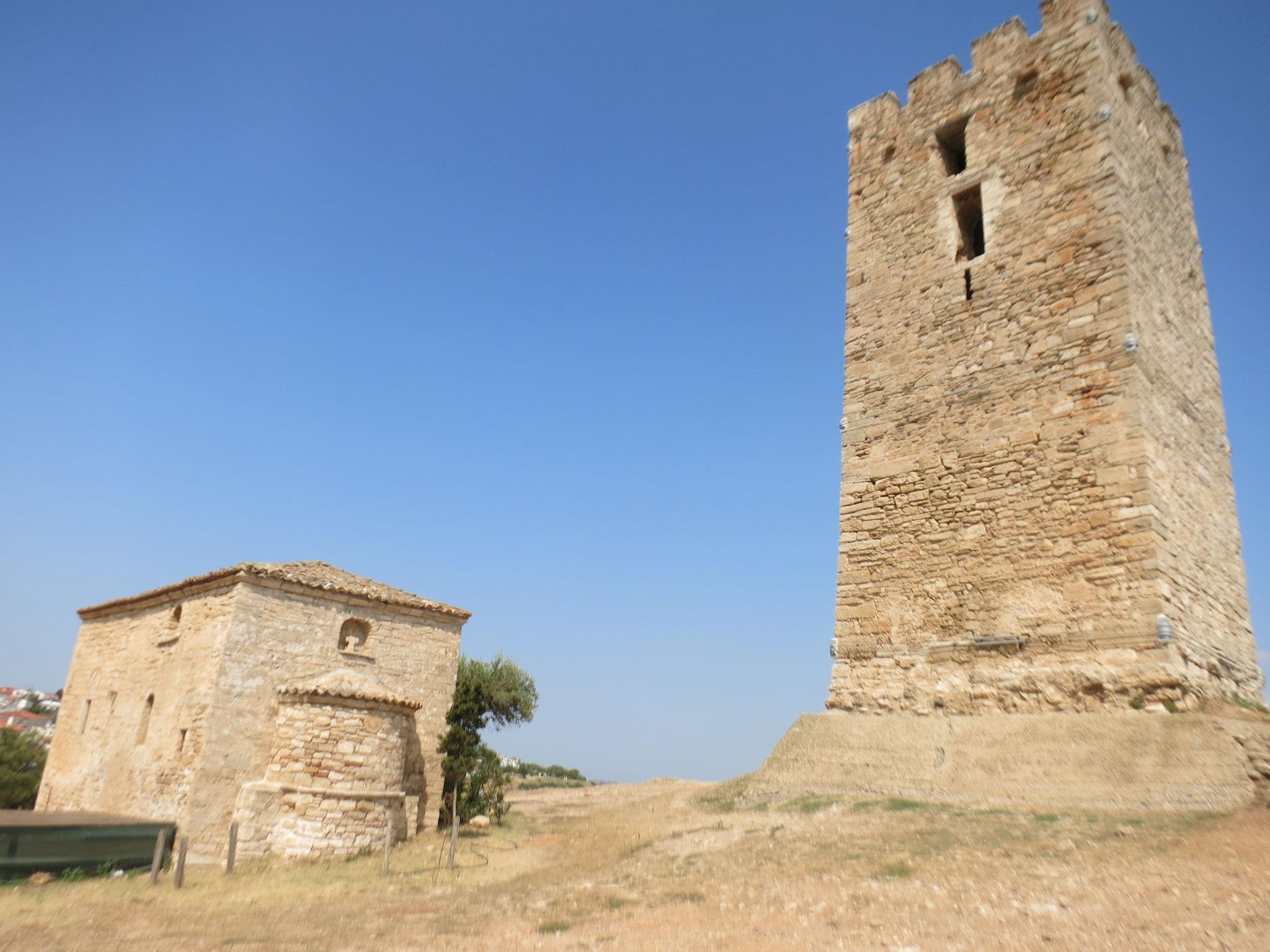 La torre bizantina y una pequeña iglesia