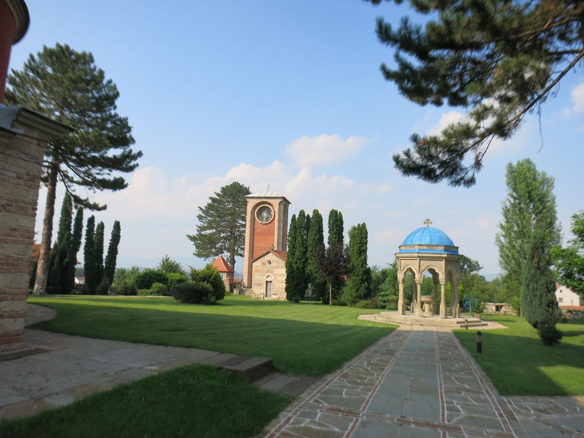 Vista de la pila bautismal y de la torre